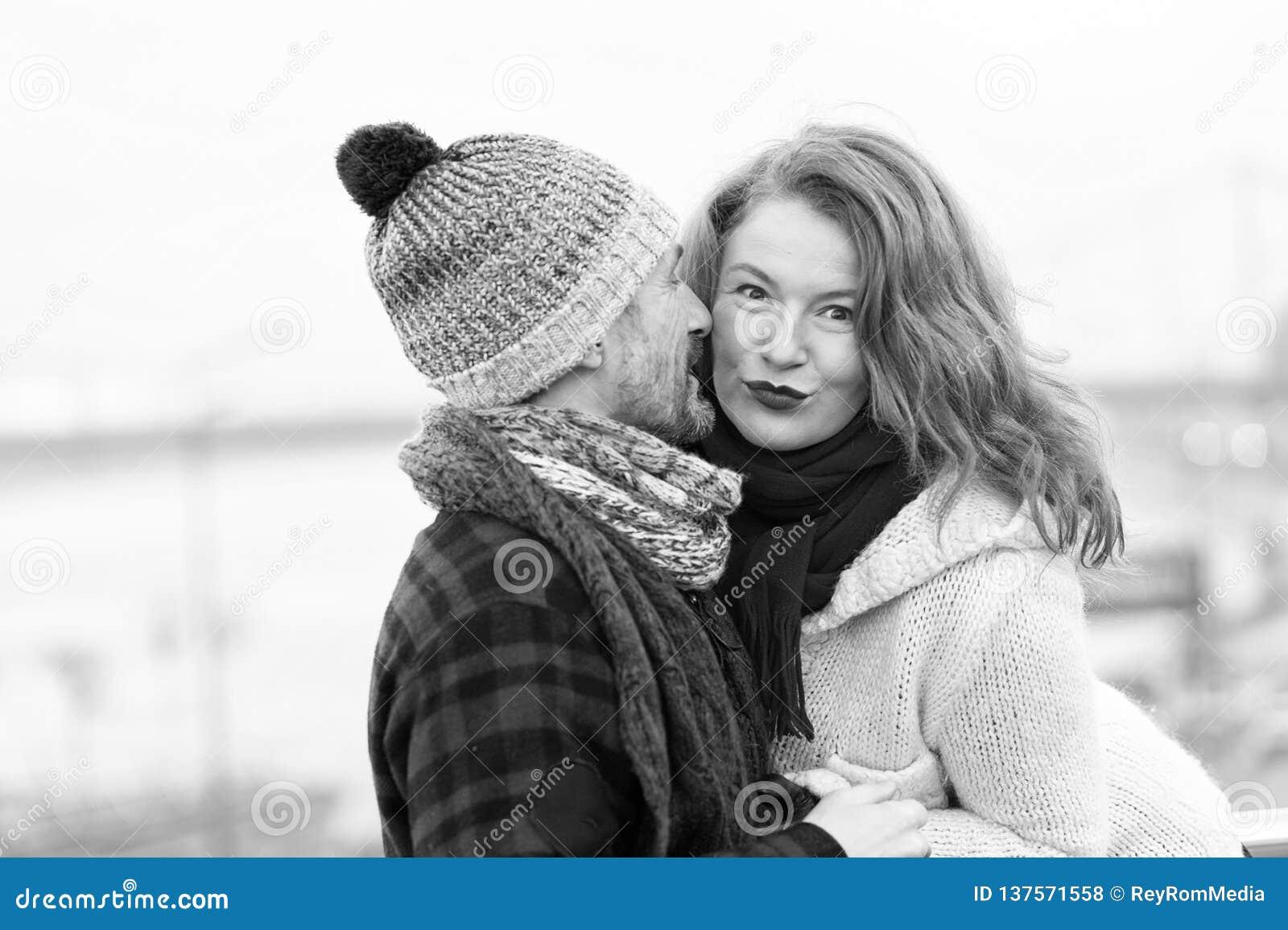 La muchacha atractiva escucha el individuo Mujer feliz de la historia masculina Un hombre susurra a una mujer Primer de pares en