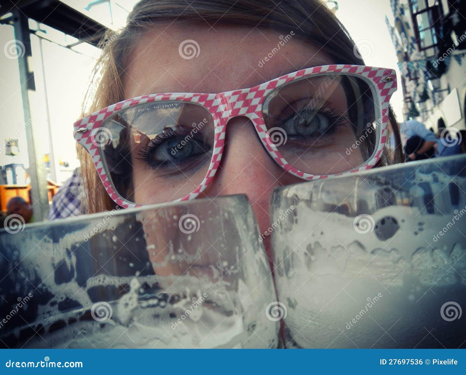 La muchacha bebe la cerveza