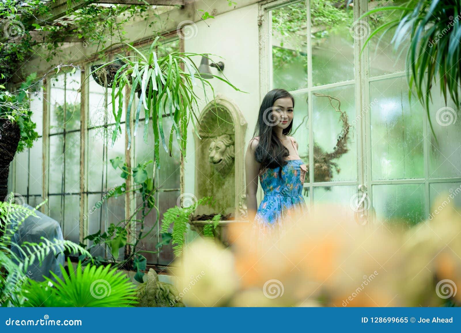 La muchacha bonita asiática tiene la relajación con feliz y sonrisa en poco