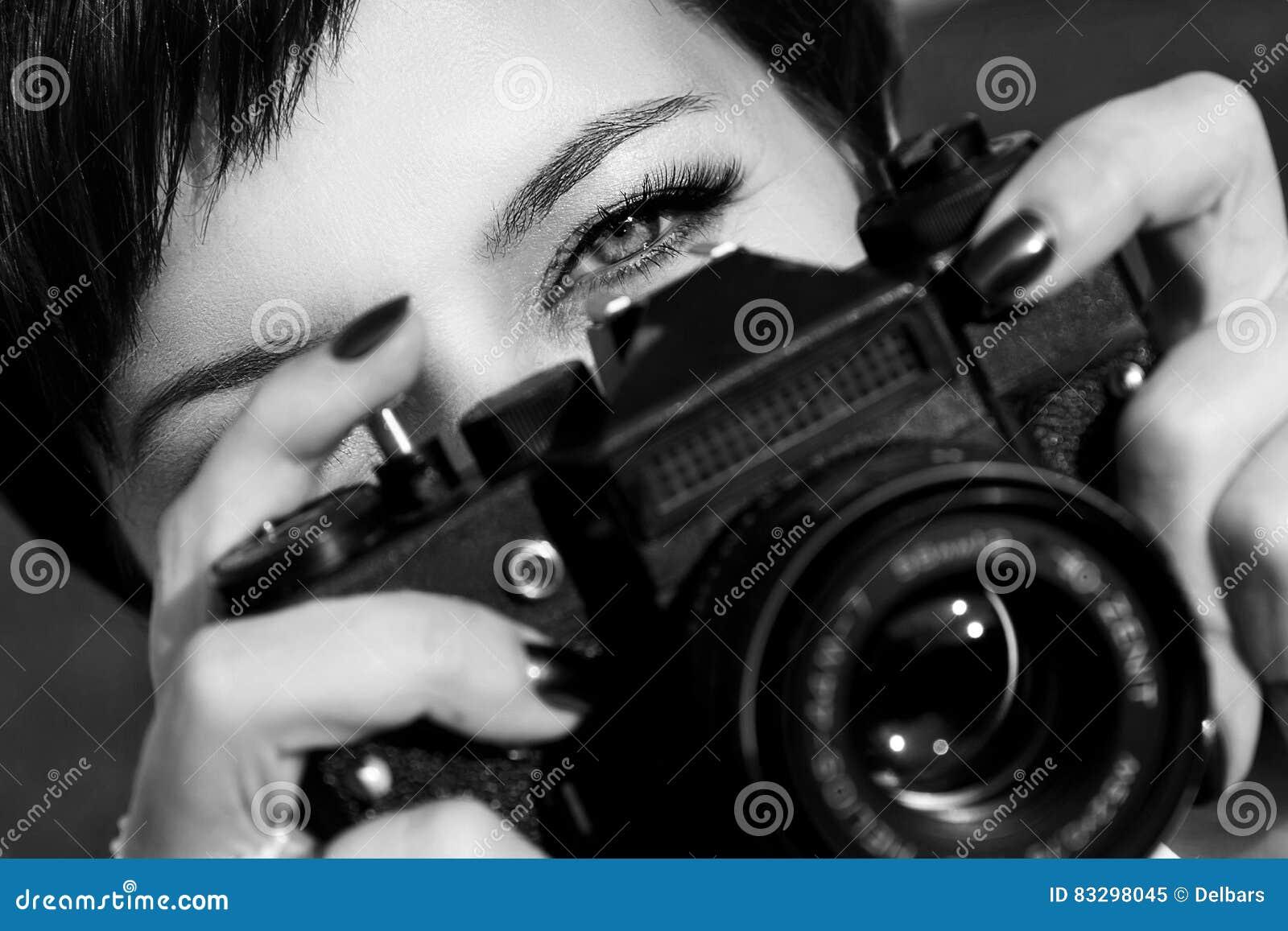 La Muchacha Bonita Con Los Ojos Hermosos Hace Imágenes En Un Parque