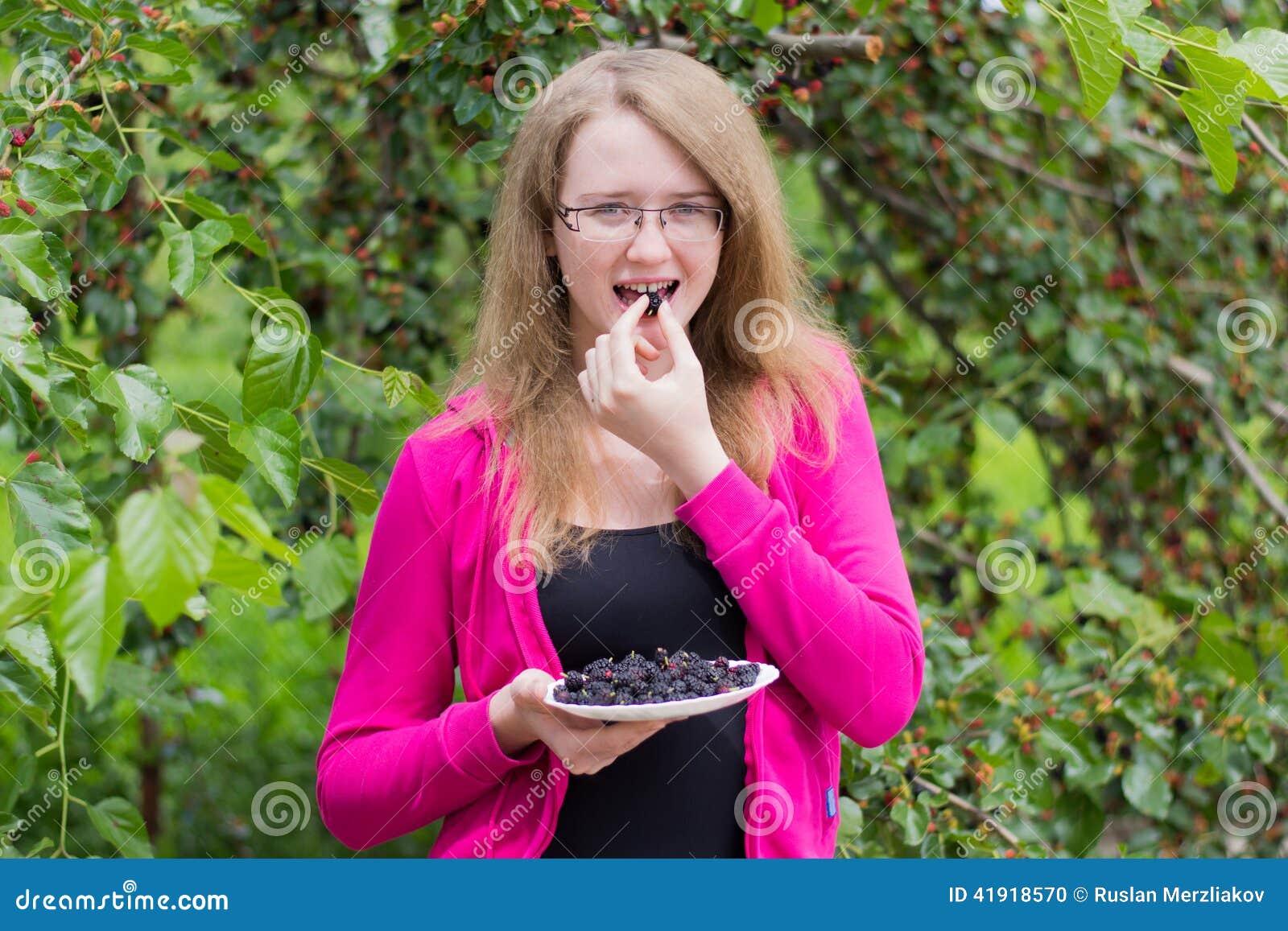 La muchacha come la mora