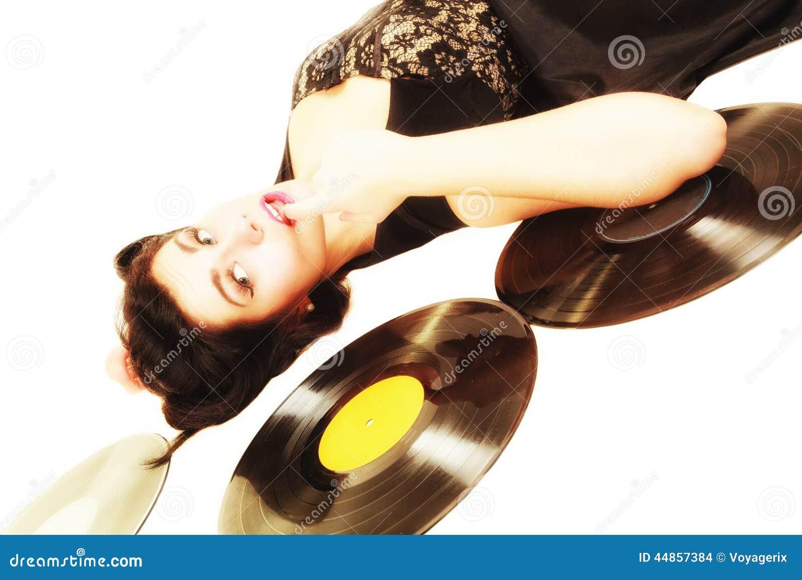 La muchacha con análogo del phonography registra al amante de la música