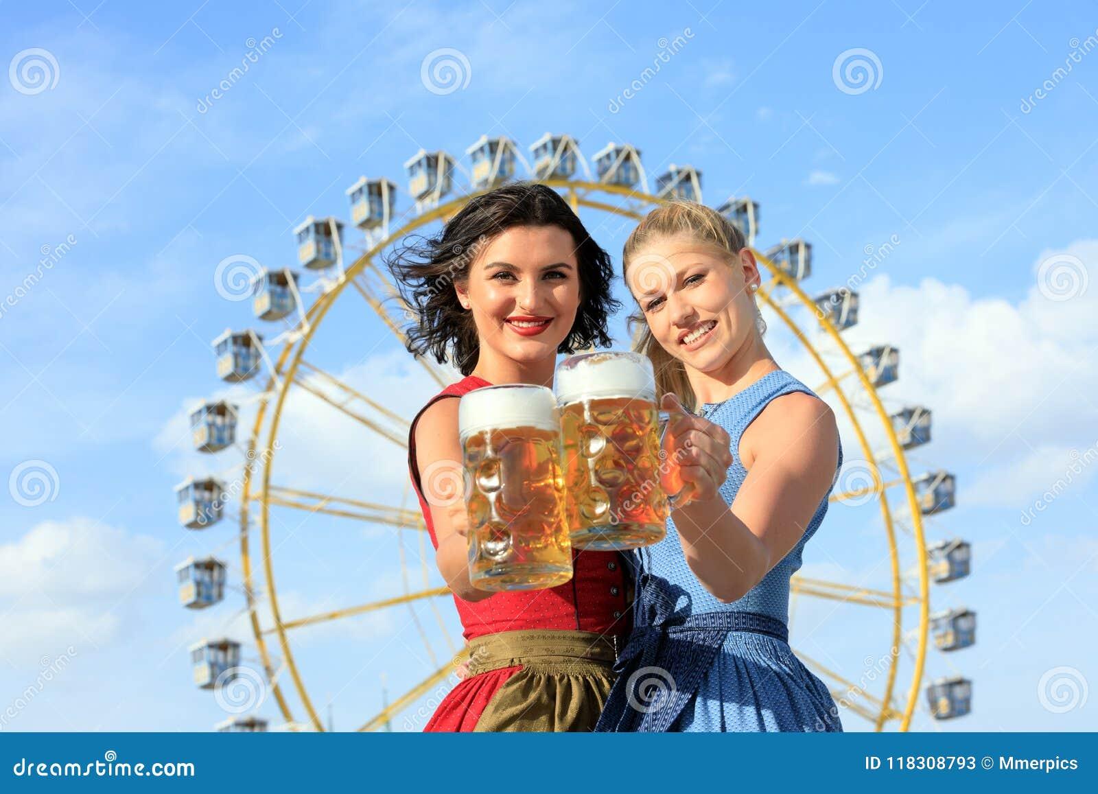 La muchacha con el dirndl hace el wiesn más oktoberfest en munic