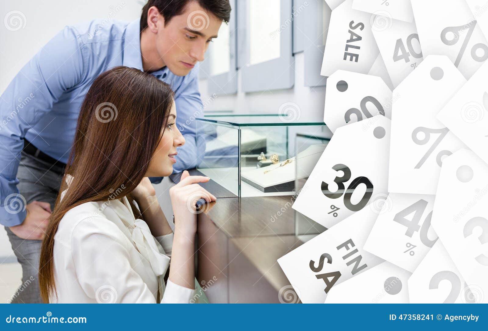 La muchacha con el hombre elige la joyería costosa en venta