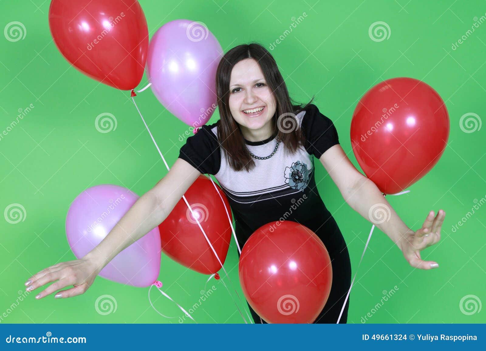 La muchacha con los globos rojos