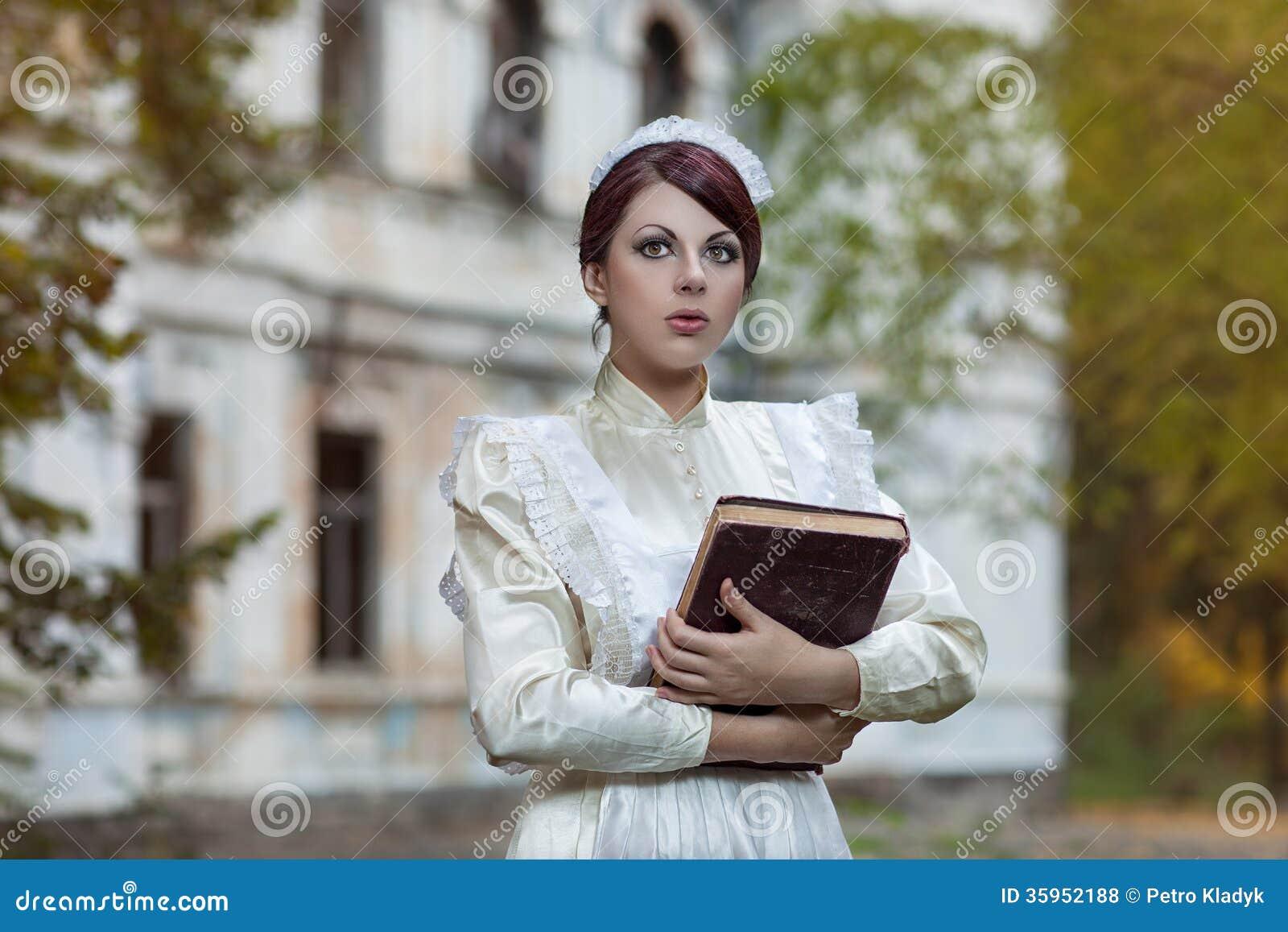 La muchacha con un libro en el parque.