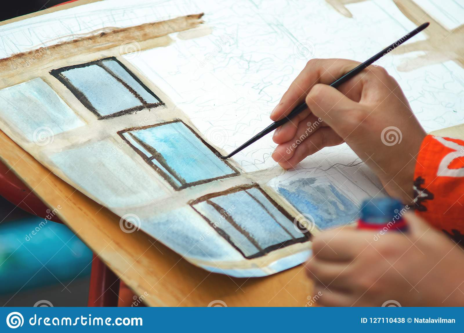 La muchacha dibuja las pinturas
