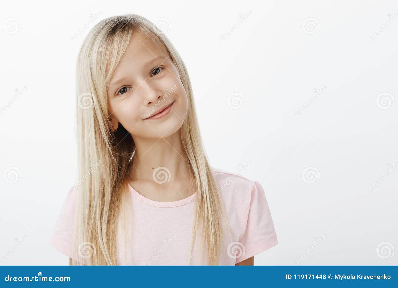 La muchacha dice a la mamá que ella le gusta el muchacho de la clase Retrato del niño lindo positivo contento con la sonrisa sati