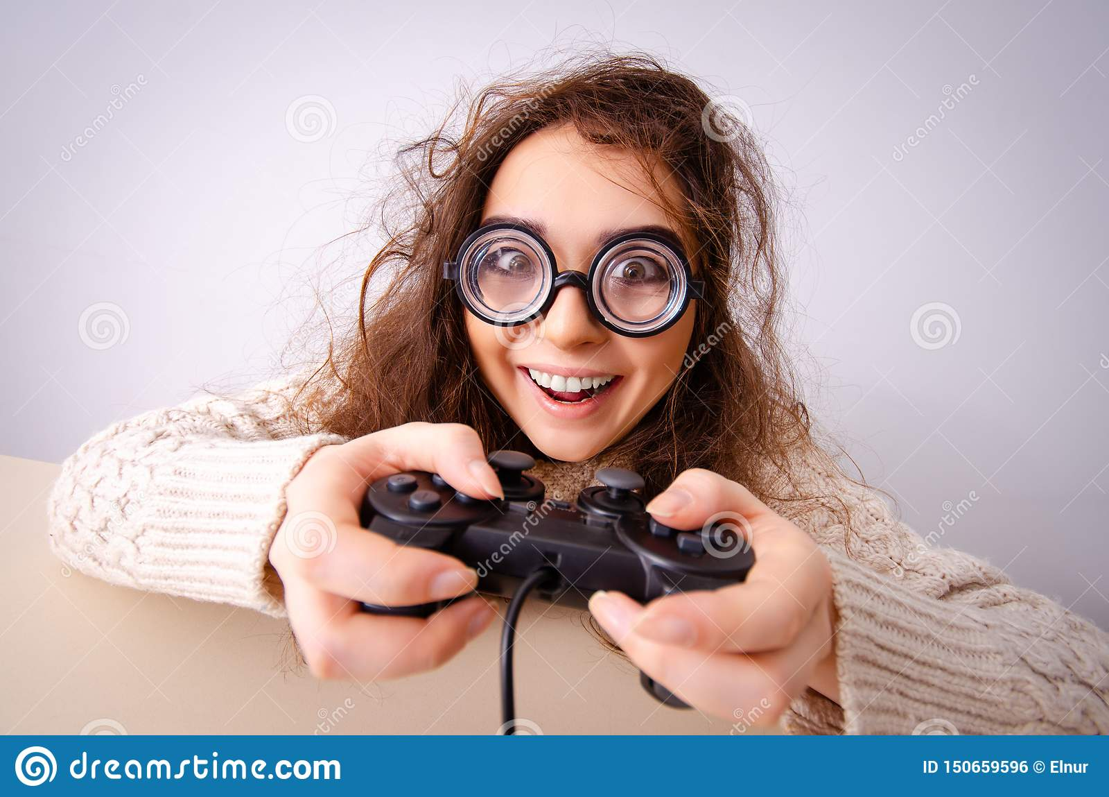 La muchacha divertida del empoll?n que trabaja en el ordenador