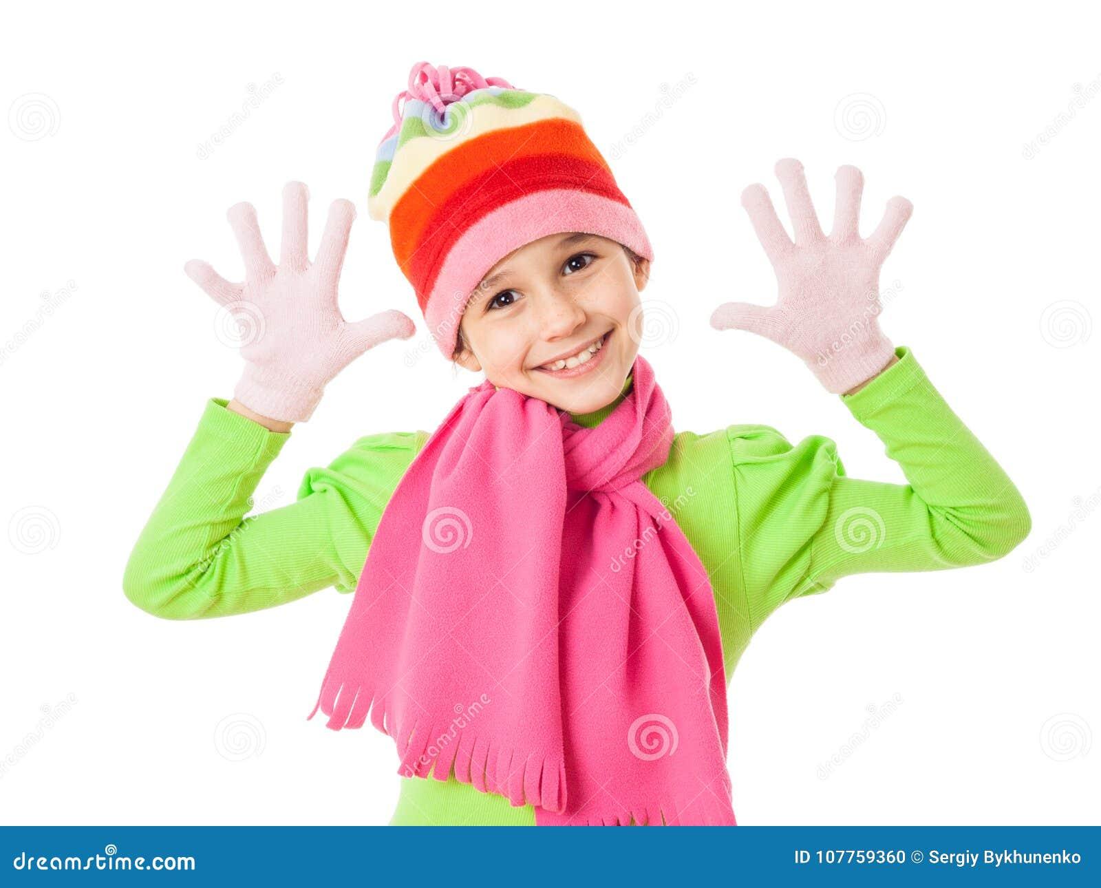 La muchacha divertida en invierno viste con la muestra de la broma