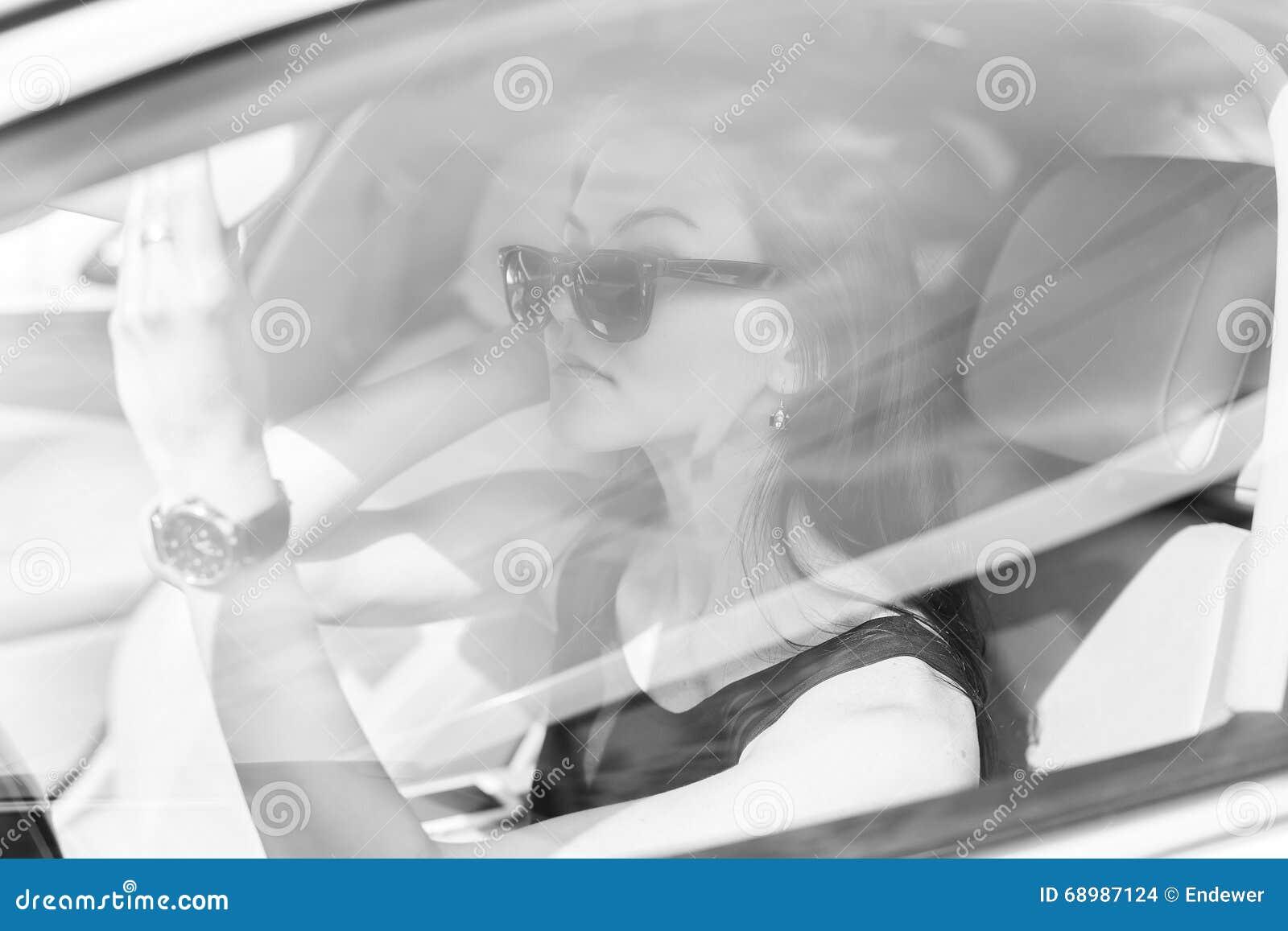 La muchacha en el coche