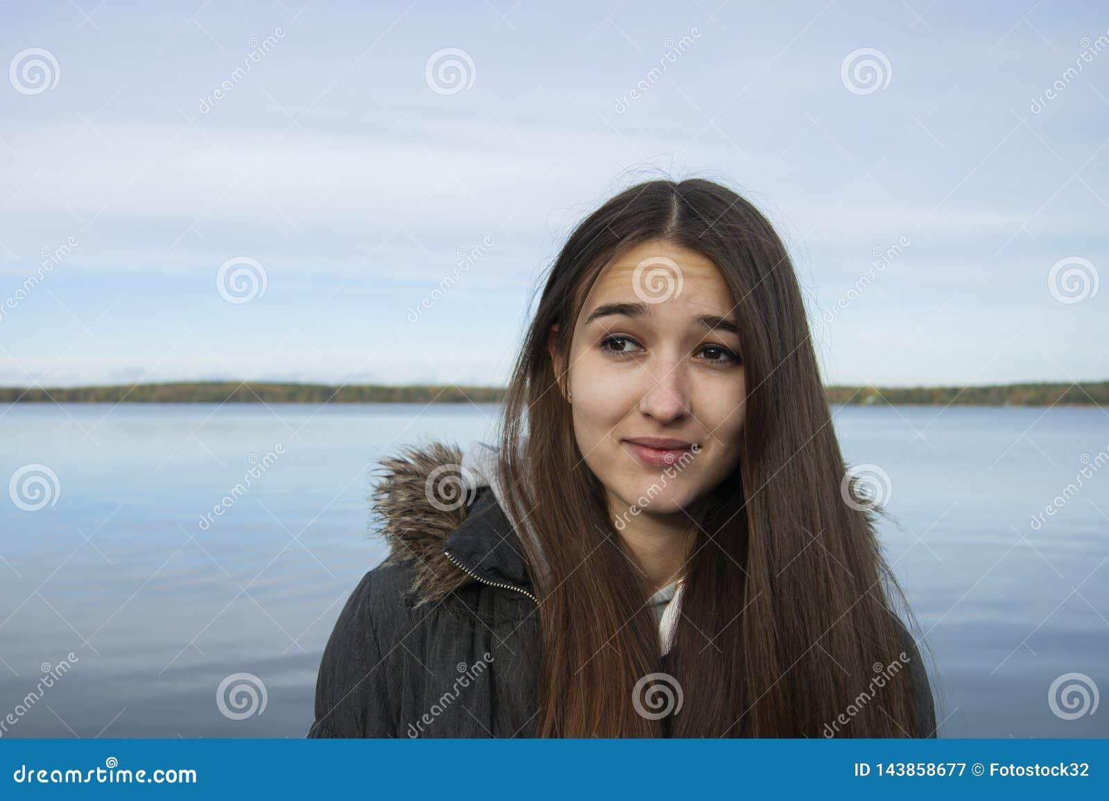 La muchacha en el fondo del lago con una expresión facial extraña