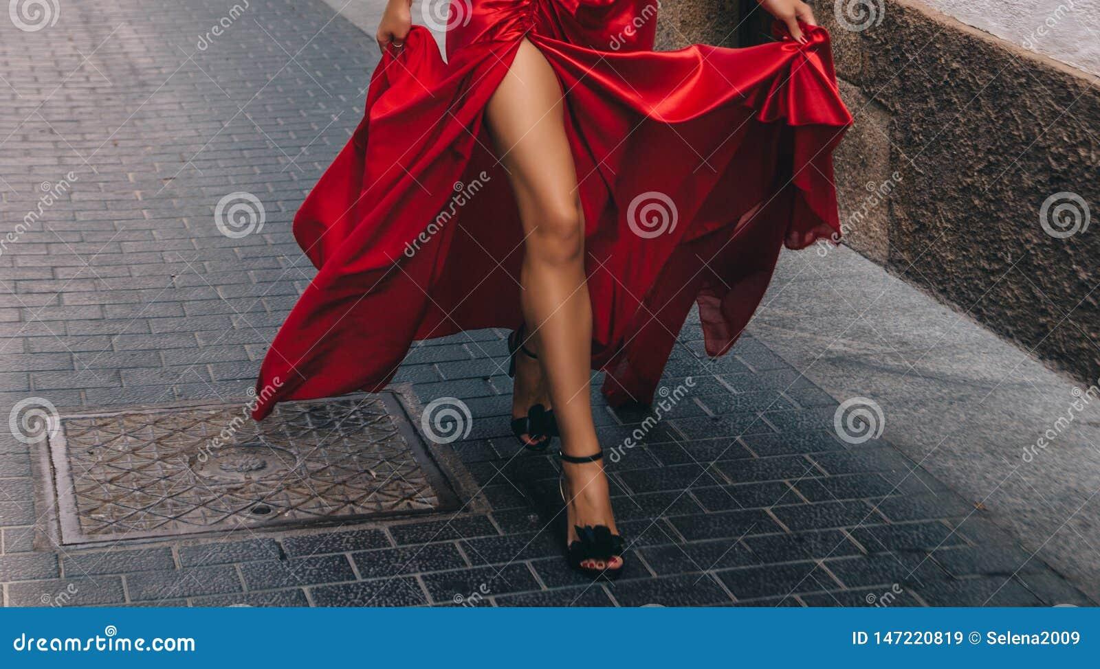 La muchacha en el rojo De largo, piernas delgadas