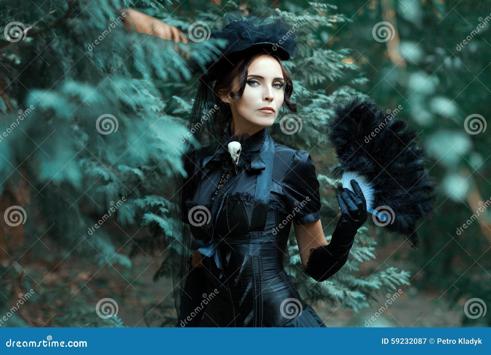 La muchacha en la imagen gótica de paseos parquea