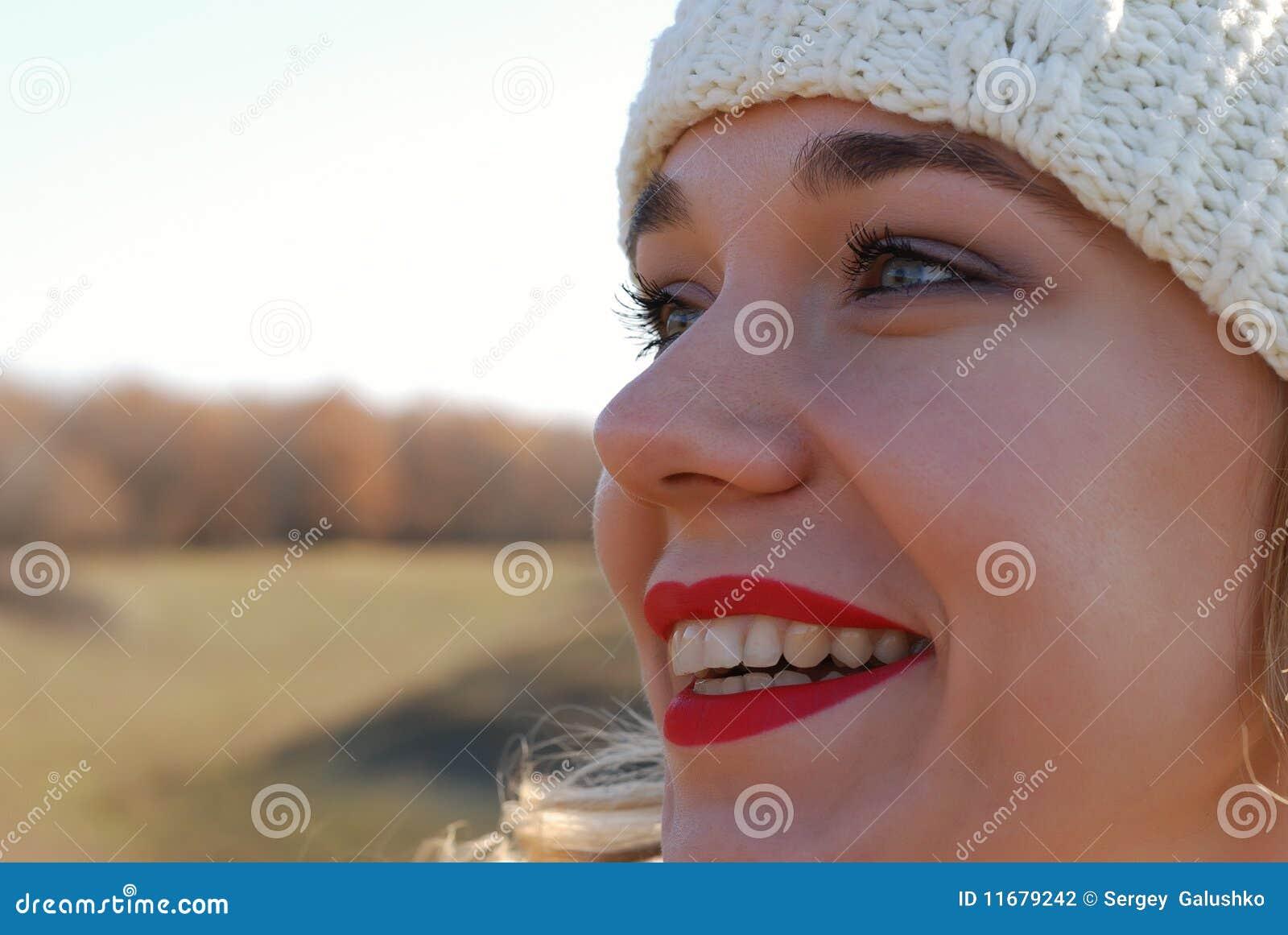 La muchacha en ropa del invierno