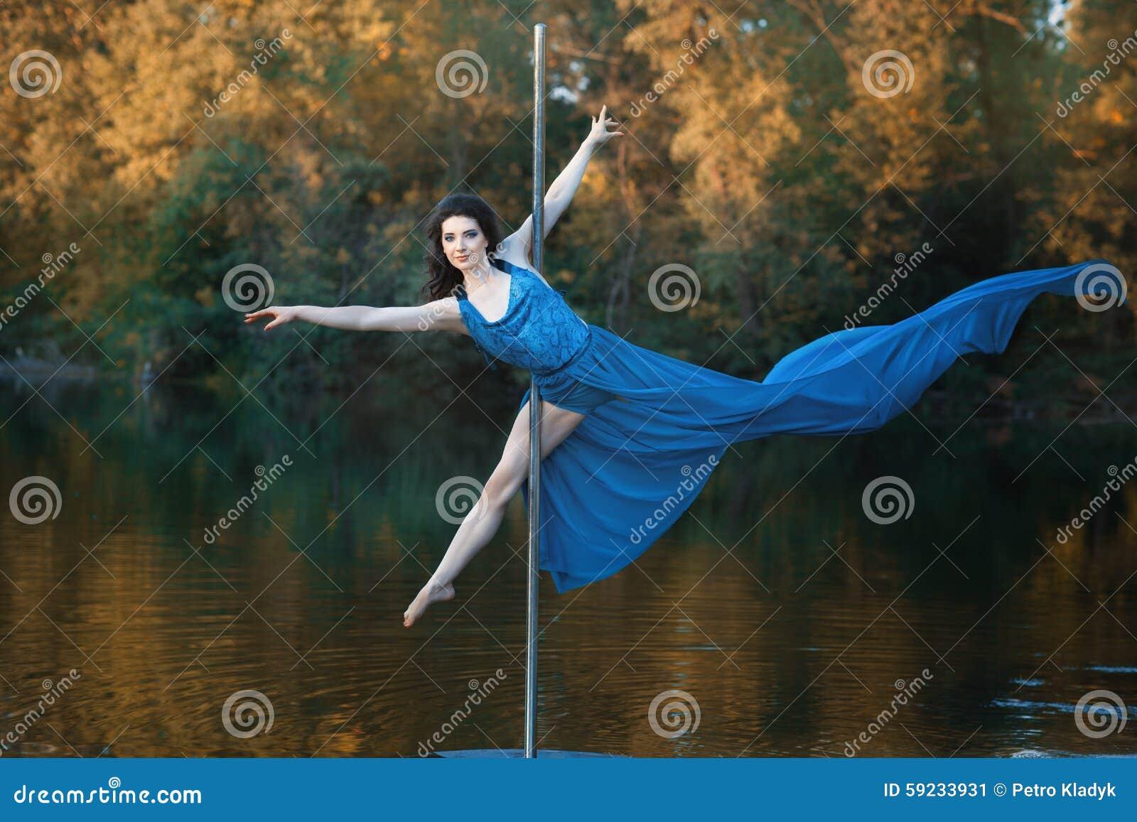 Download La Muchacha En Vestido Que Fluye Está Bailando Alrededor De Una Danza Del Polo Imagen de archivo - Imagen de manera, hembras: 59233931