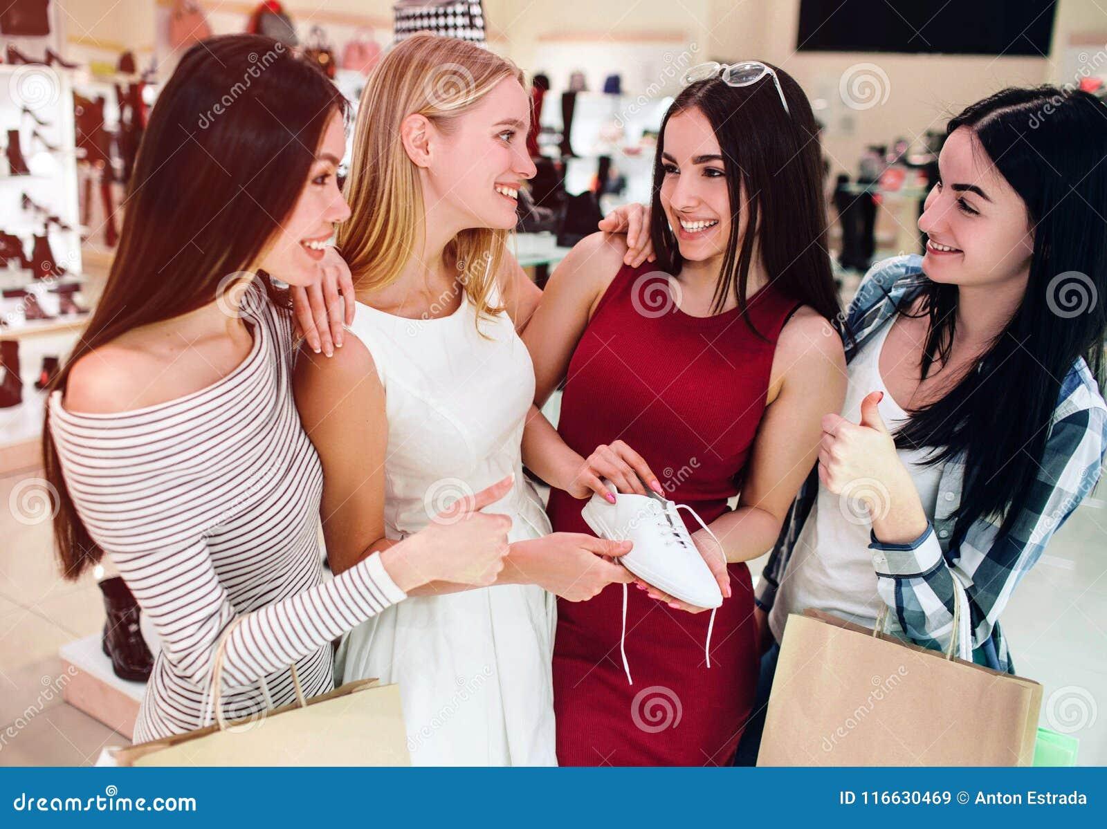 Y Sosteniendo Vestido Rojo Un La Está Blanco Muchacha Zapato En uOkXPZi