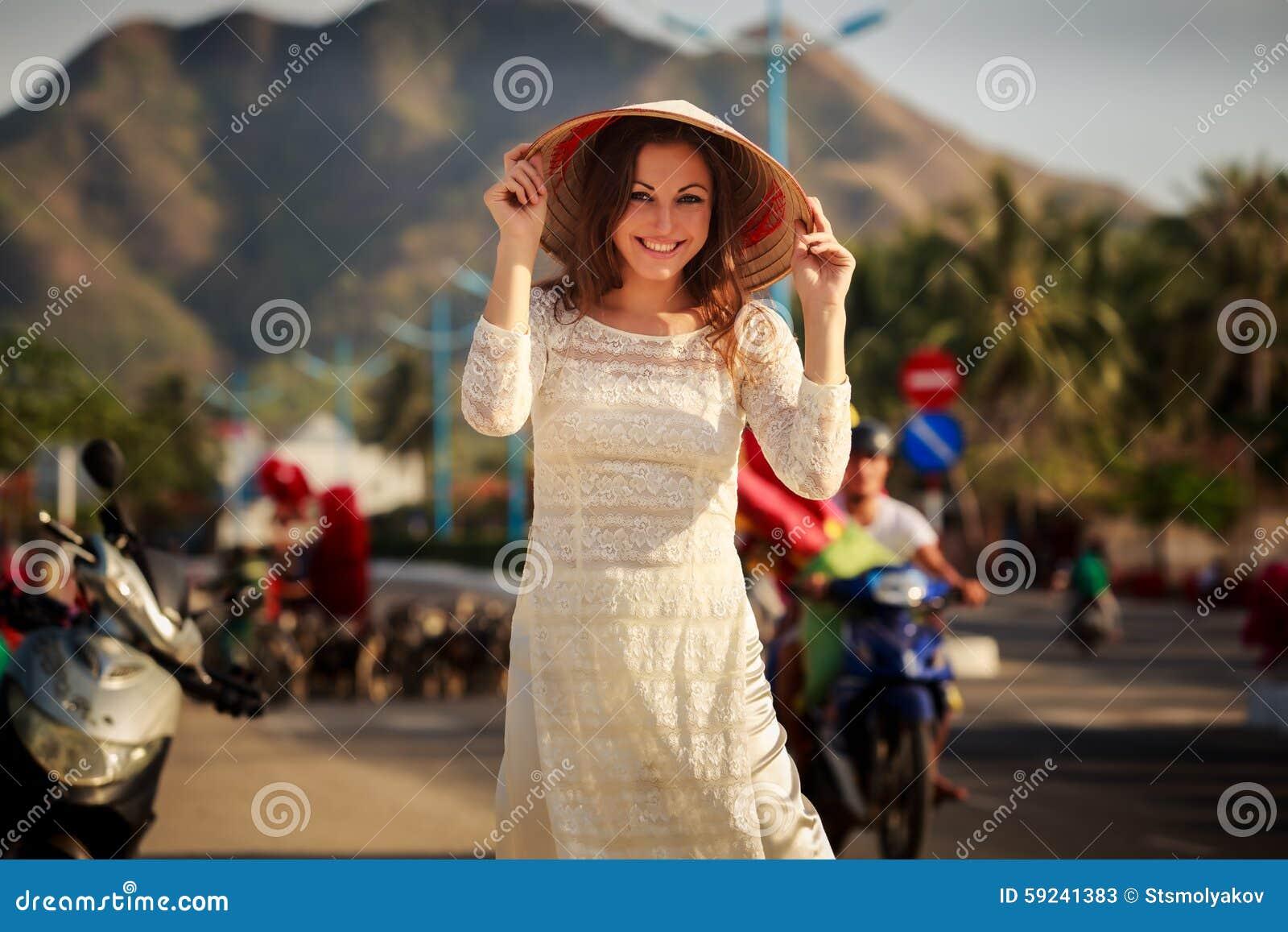 Download La Muchacha En Vietnamita Viste El Sombrero De Los Tactos Contra Las Vespas Defocused Imagen de archivo - Imagen de sombrero, outdoor: 59241383