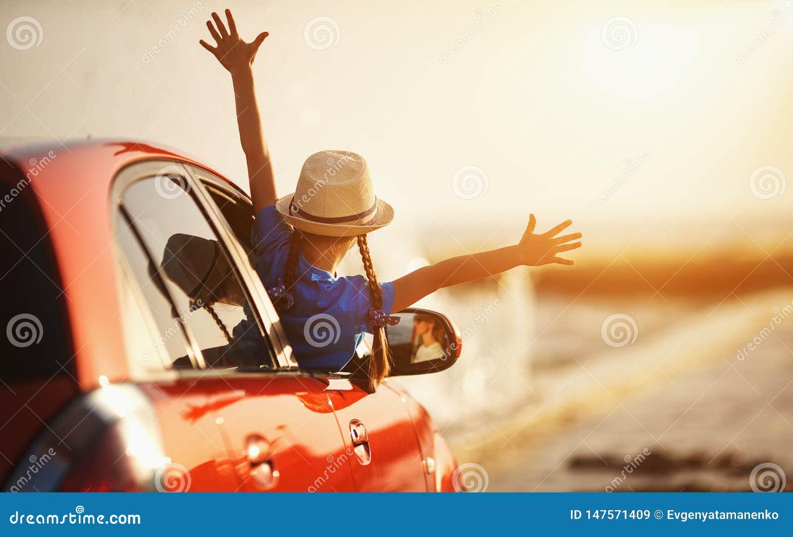 La muchacha feliz del niño va al viaje del viaje del verano en coche