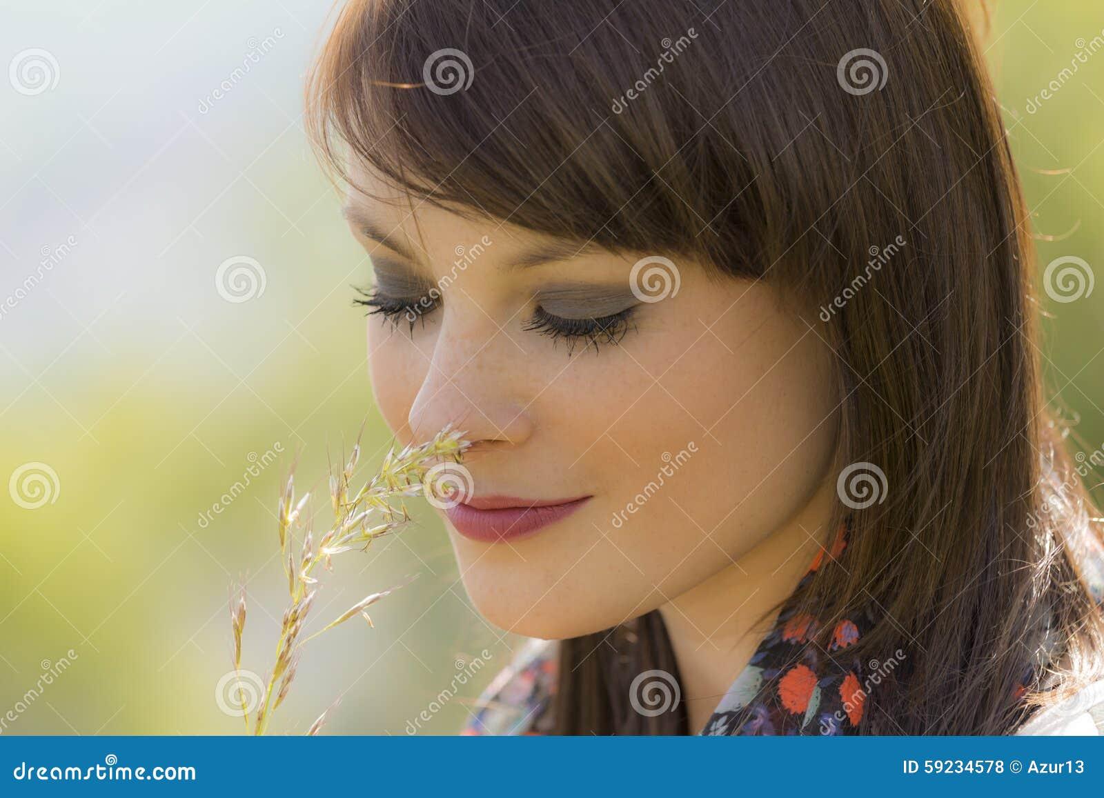 Download La Muchacha Feliz Hermosa Está En Amor Con La Naturaleza Foto de archivo - Imagen de expresión, adulto: 59234578