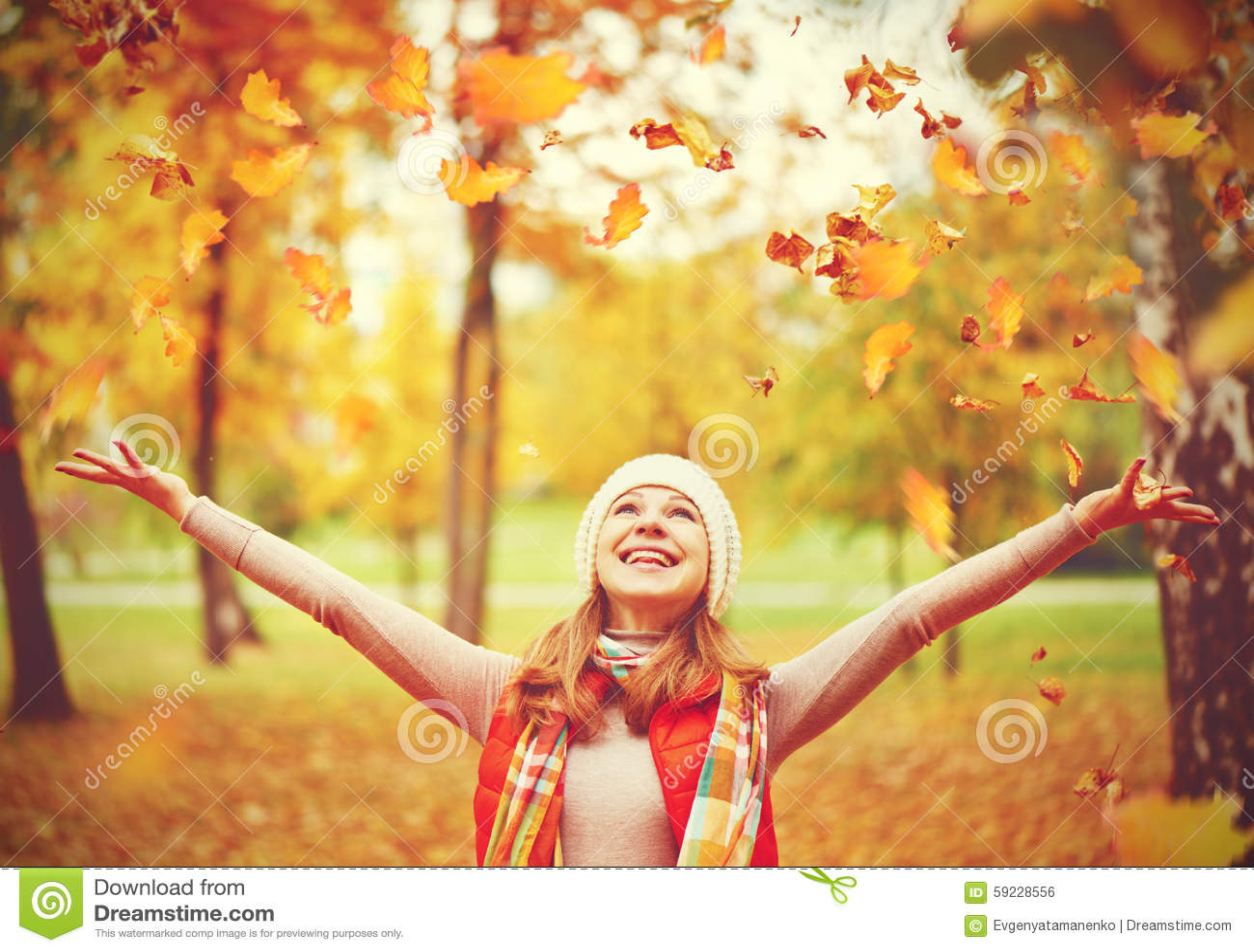 Download La Muchacha Feliz Lanza Para Arriba Las Hojas De Otoño En El Parque Para El Paseo Al Aire Libre Foto de archivo - Imagen de hembra, belleza: 59228556