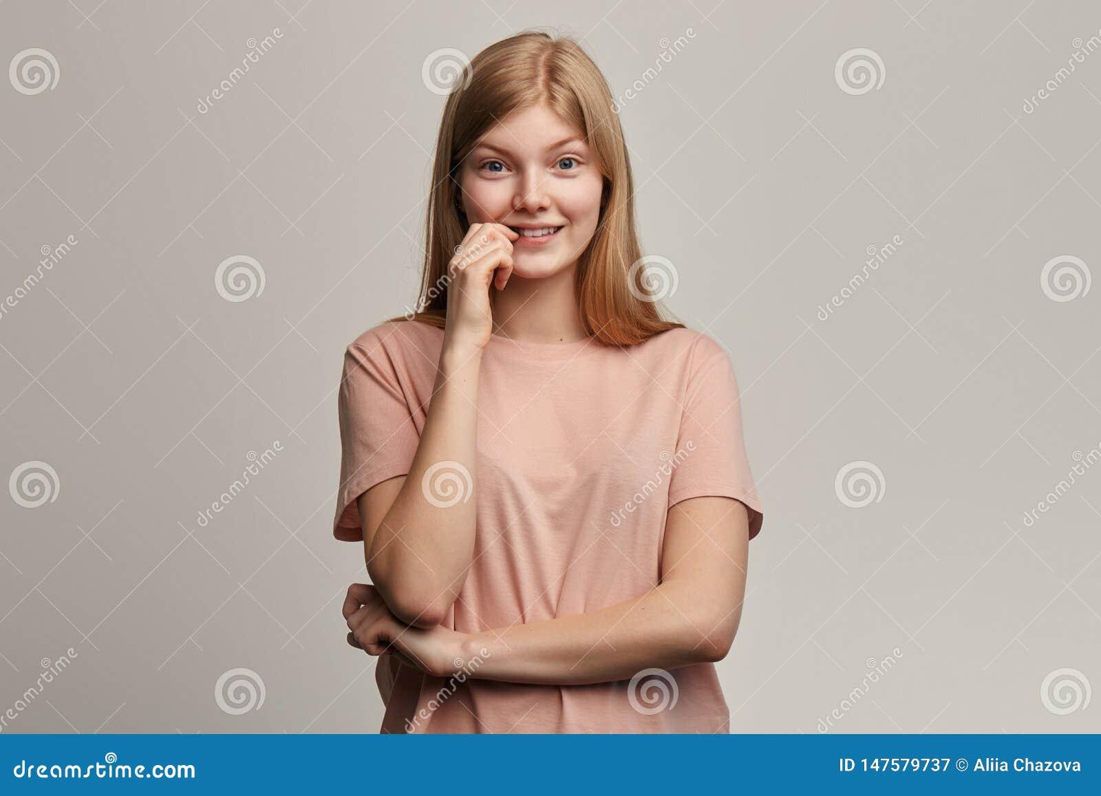 La muchacha hermosa emocional nerviosa siente ansiosa y sorprendida