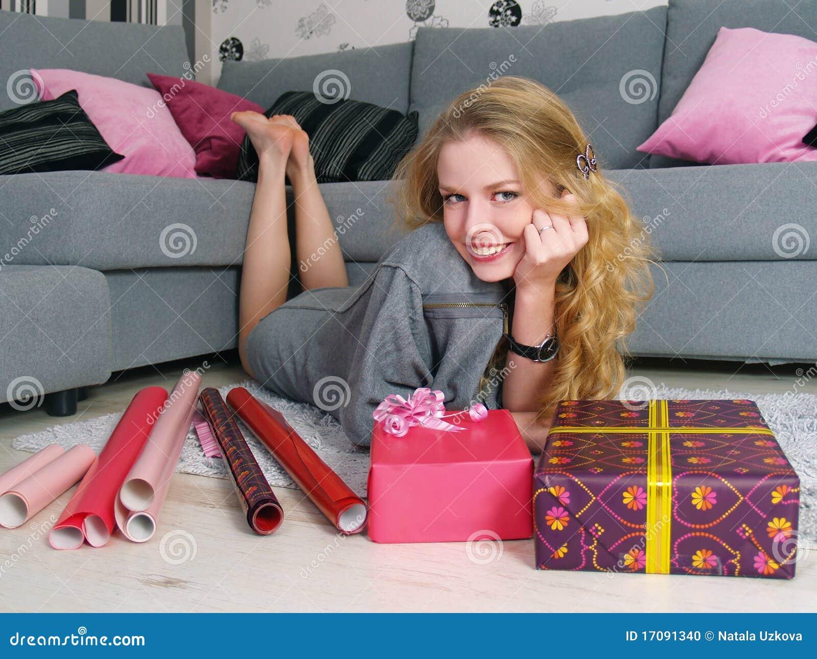 La muchacha hermosa pila de discos los regalos por un día de fiesta