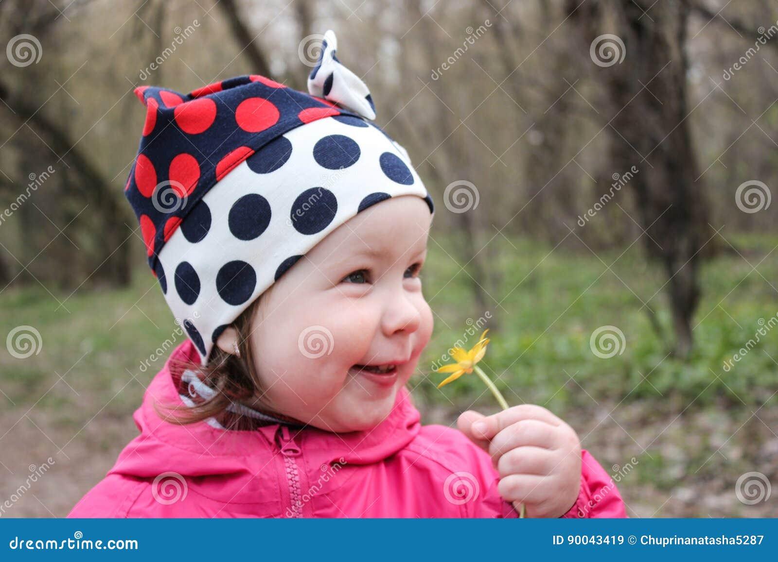 La muchacha inhala feliz el olor