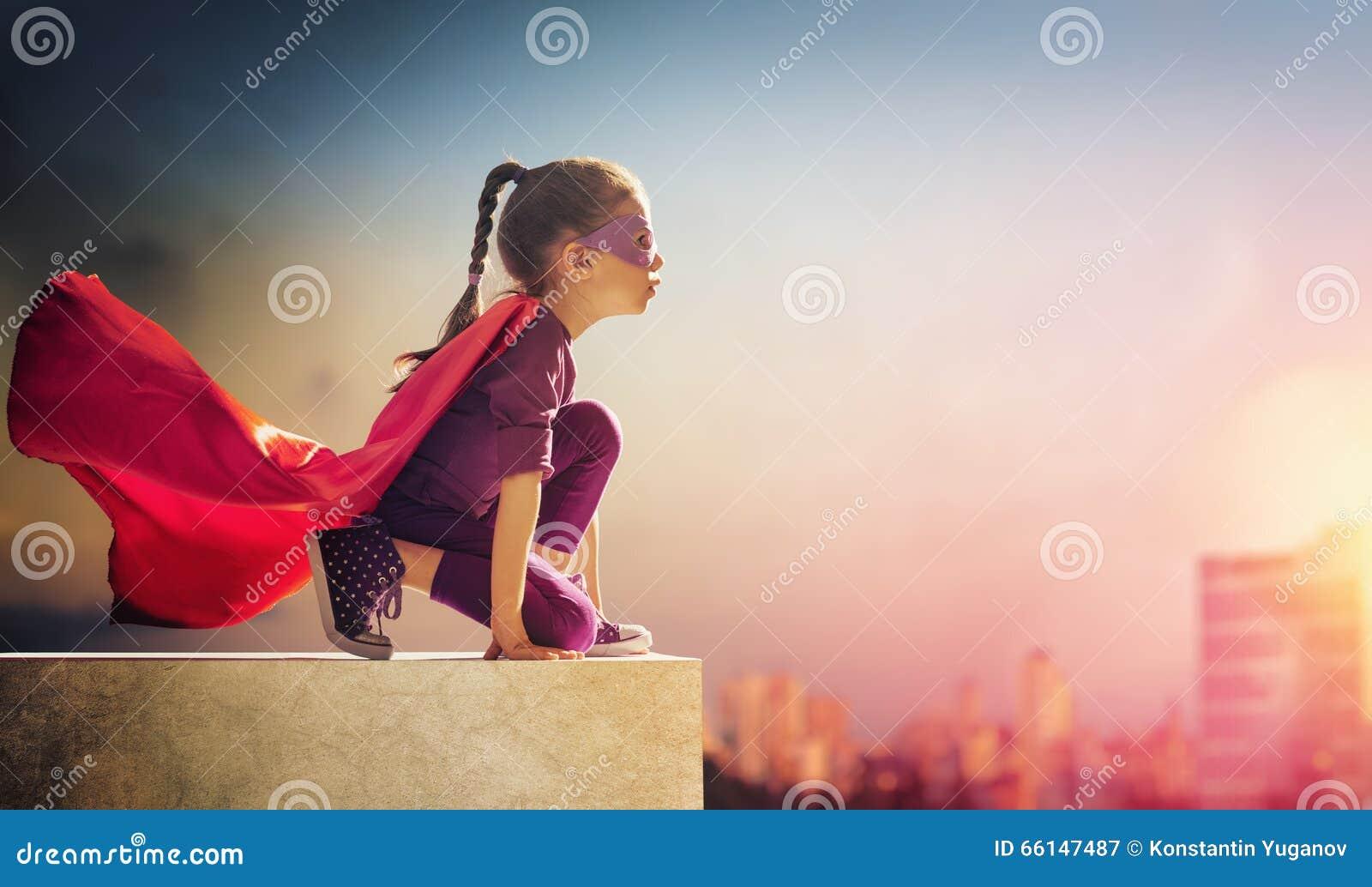 La muchacha juega al super héroe