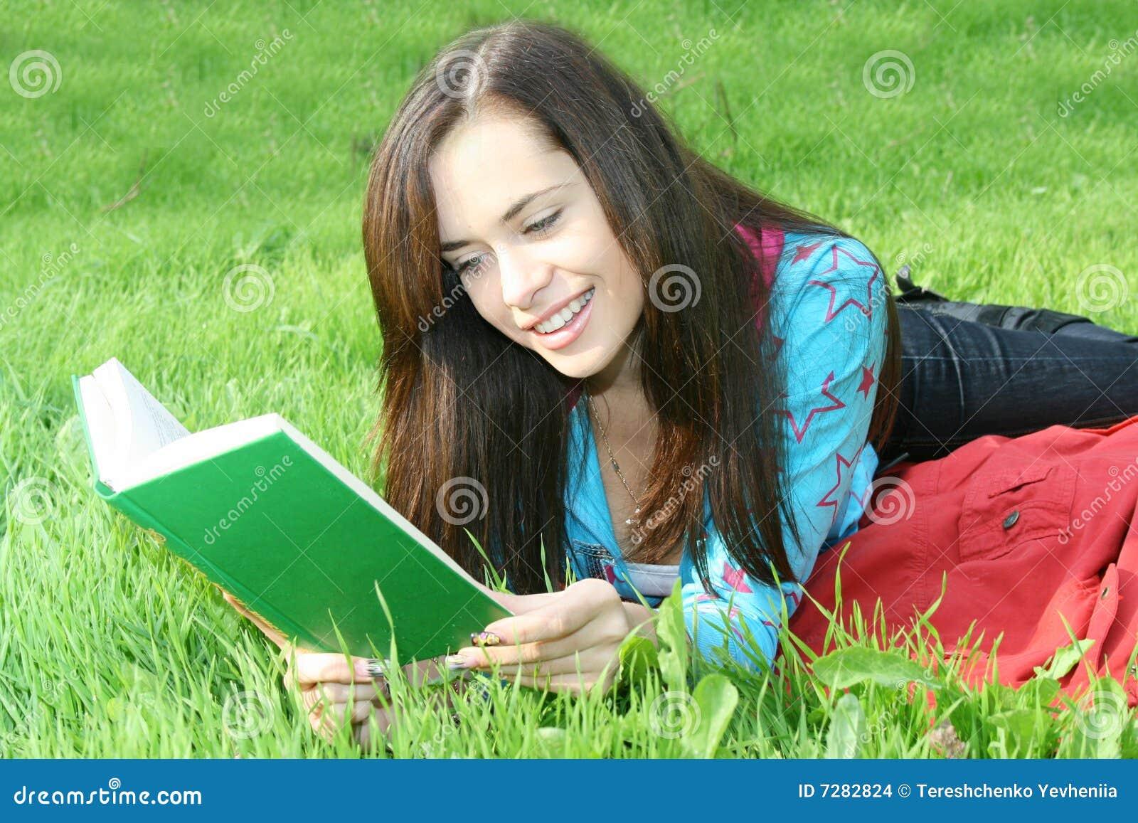 La muchacha lee el libro