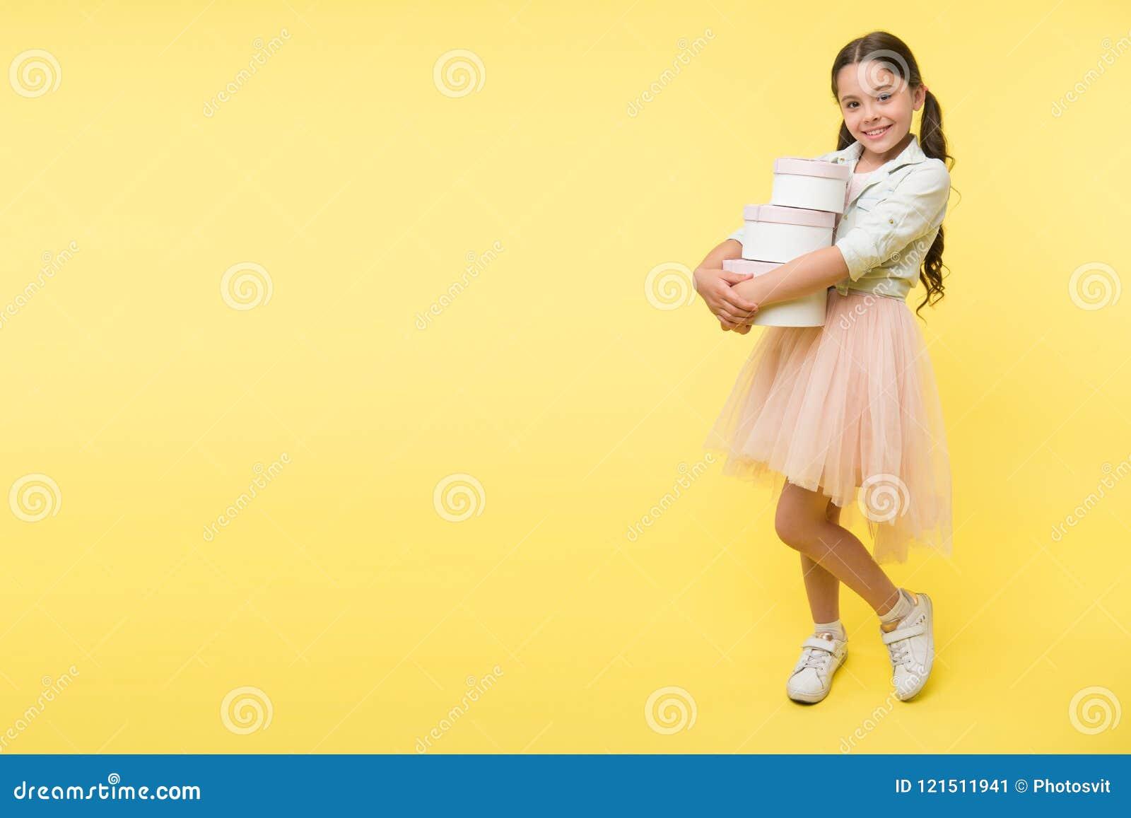 La muchacha lleva las cajas de la pila Ahorre la estación de la venta de las compras del dinero De nuevo tiempo de la estación de