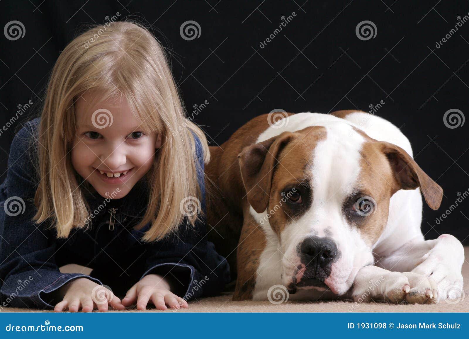 La muchacha mímico el perro