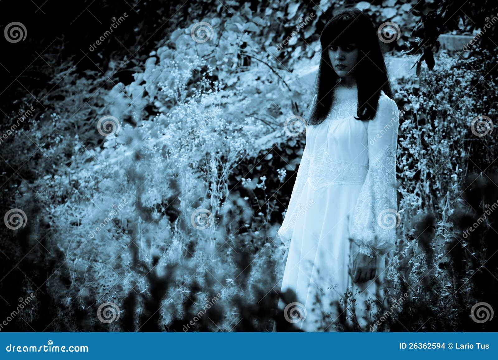 La muchacha misteriosa extraña