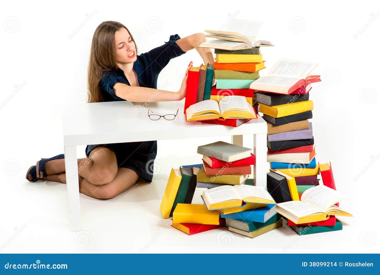 La muchacha no quiere estudiar y aprender, ella está empujando lejos