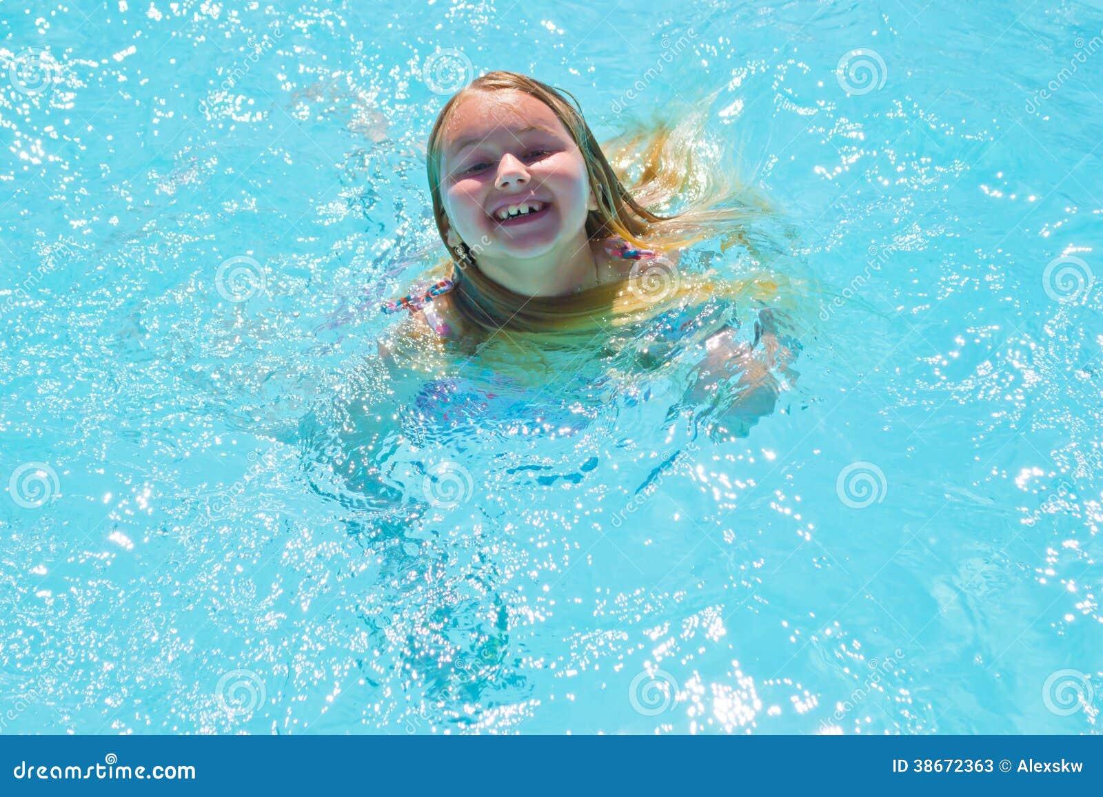La muchacha se baña