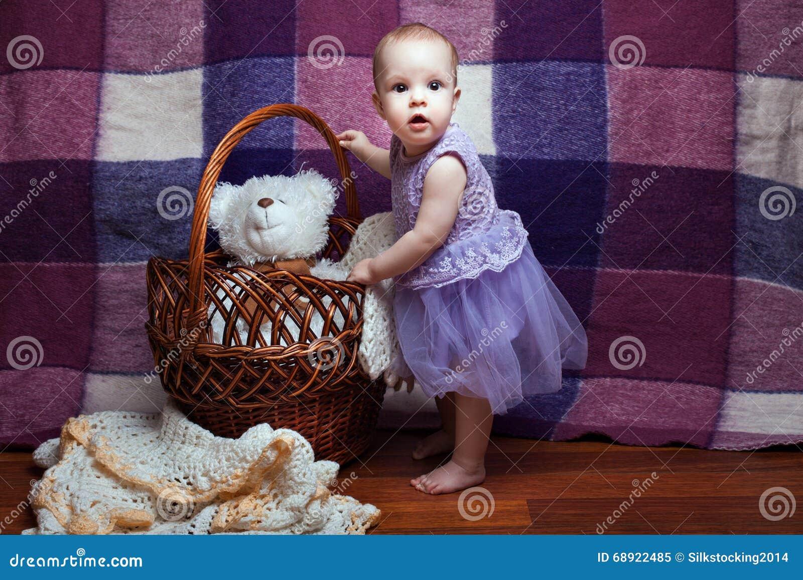La muchacha se coloca cerca de la cesta