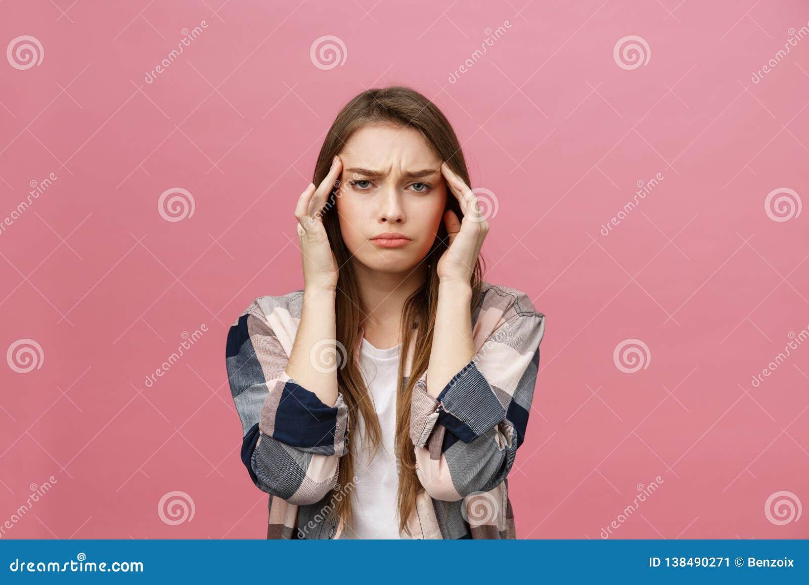 La muchacha sufre de dolores de cabeza terribles y comprime la cabeza con los fingeres Olvide y recuerde algo, sufra de