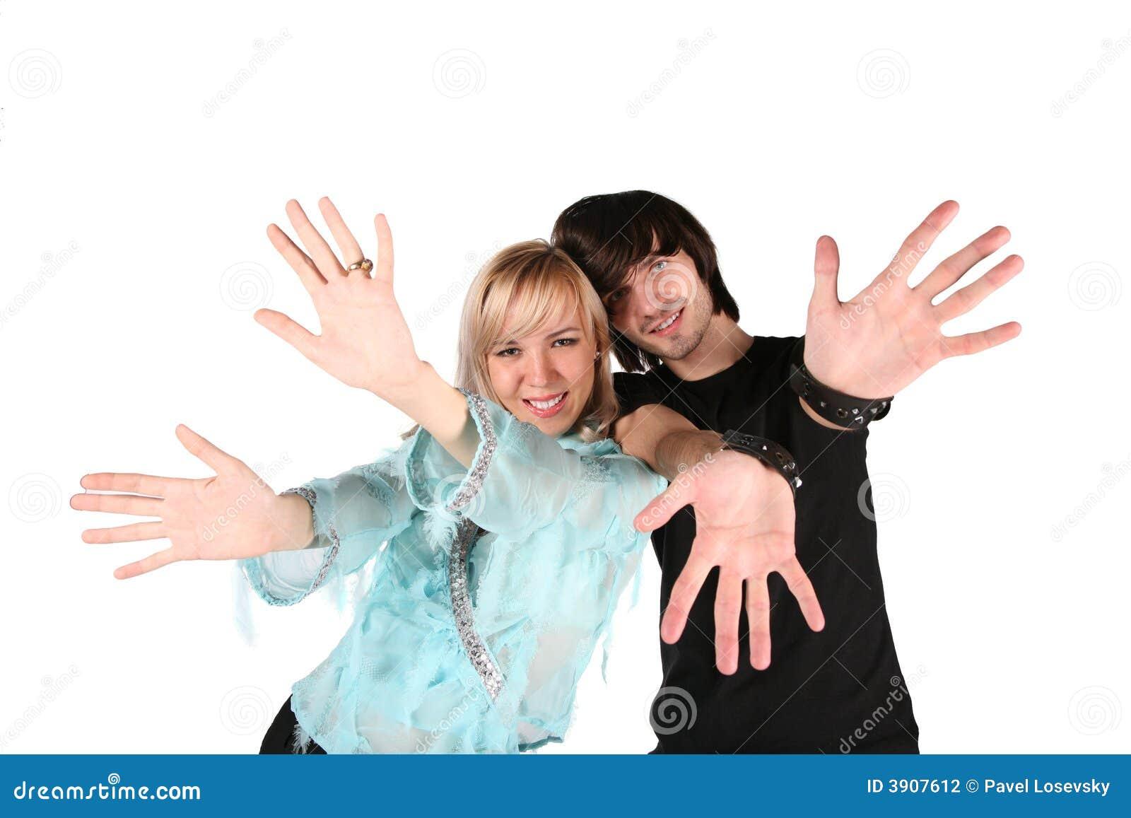 La muchacha y el muchacho muestran gestos por las manos