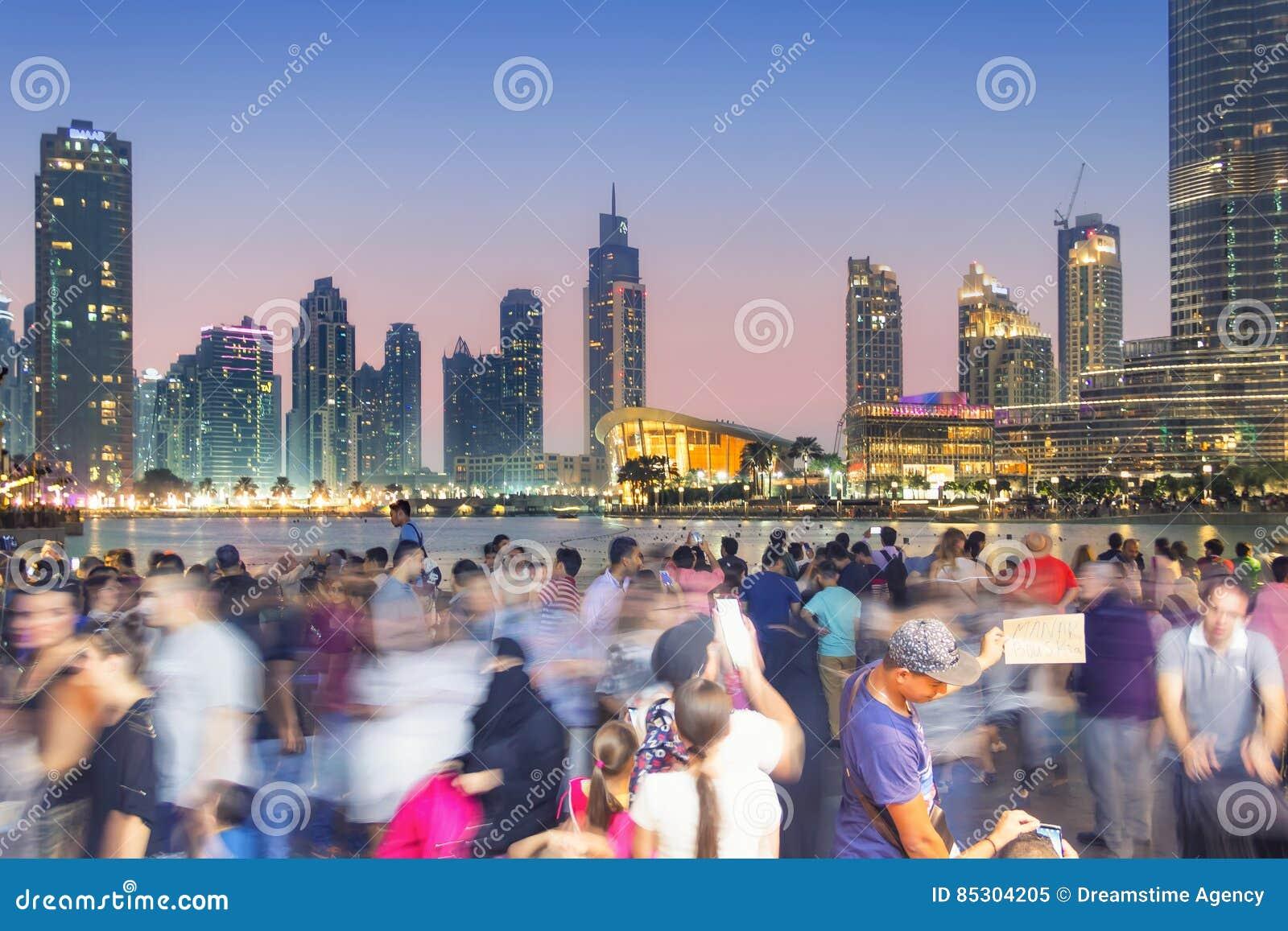 La muchedumbre fotografía el horizonte de Dubai