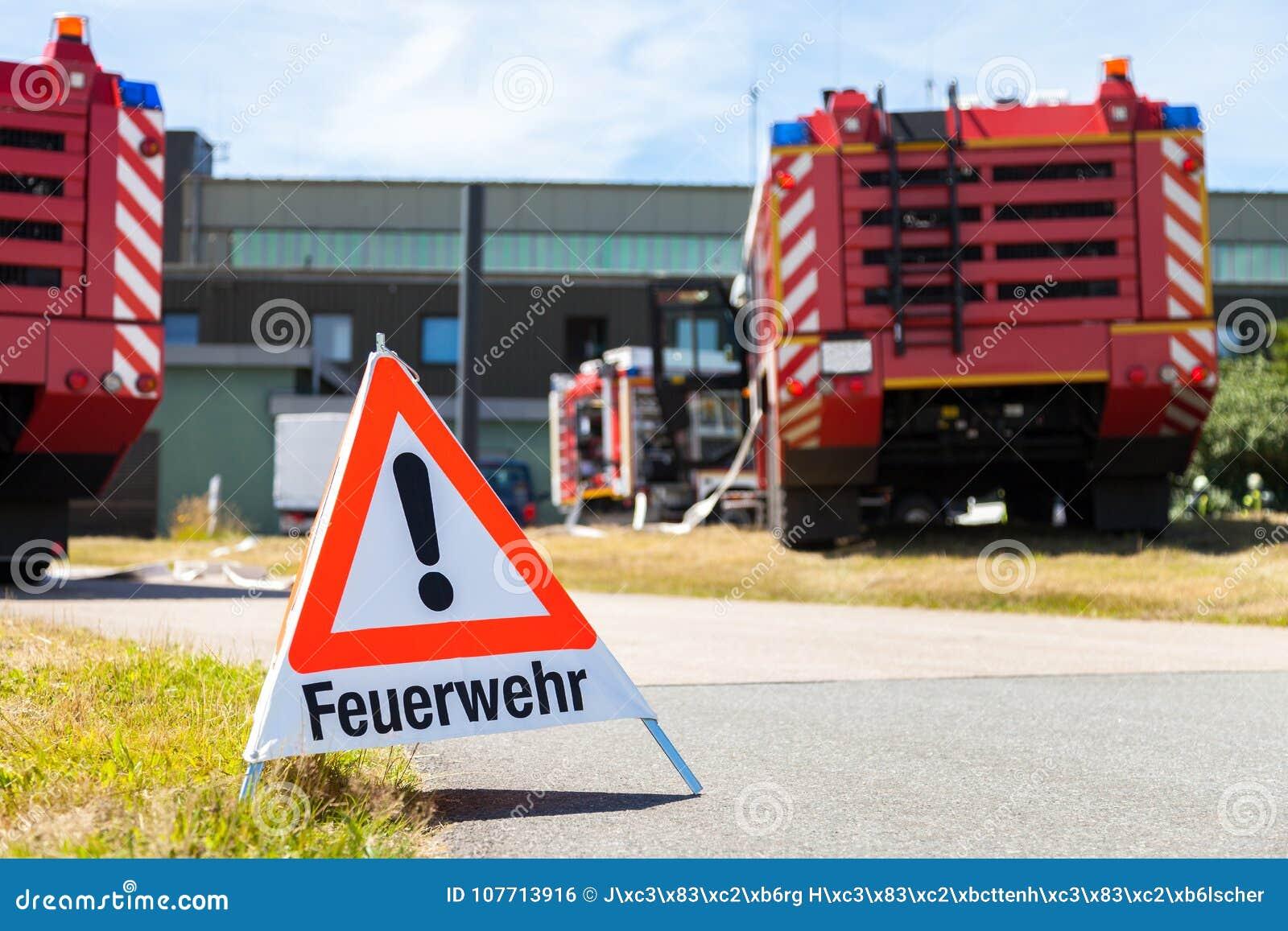 La muestra del cuerpo de bomberos de Feuerwehr del alemán coloca los coches de bomberos cercanos