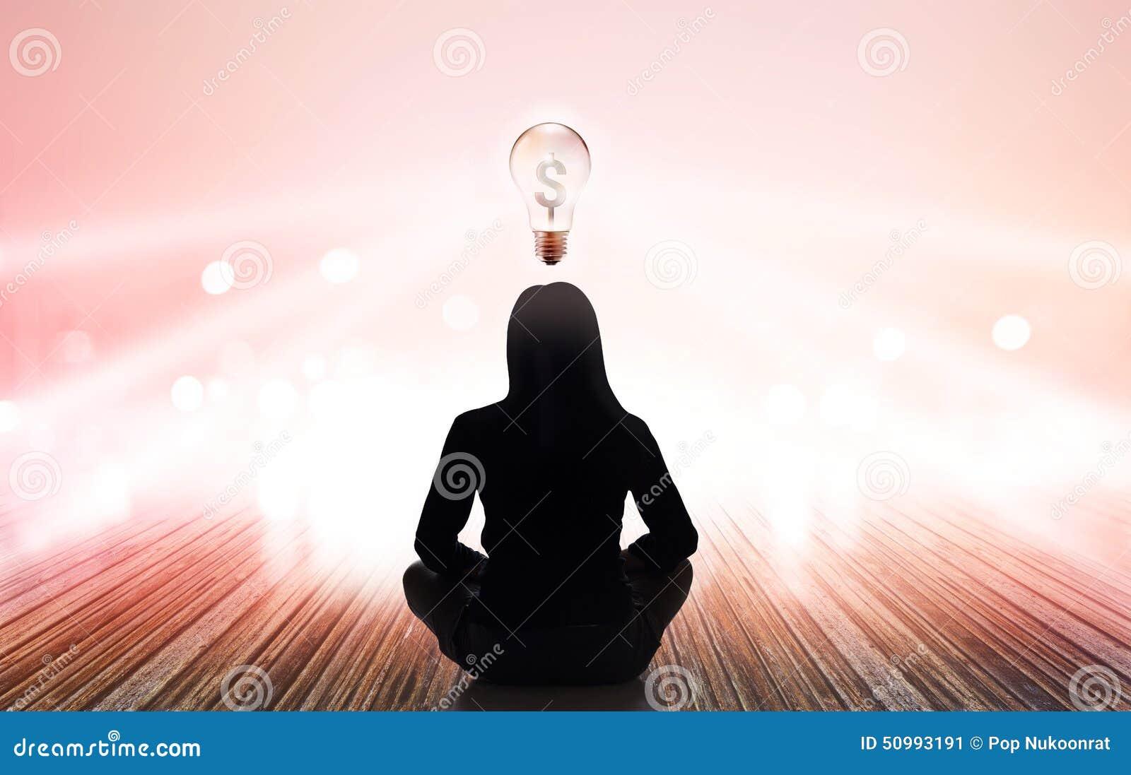 La mujer abstracta está meditando en los rayos de la luz en colores pastel y el dinero ligero de la muestra del blub en fondo vib