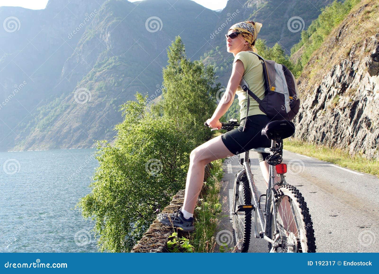 La mujer activa en la bici está teniendo rotura
