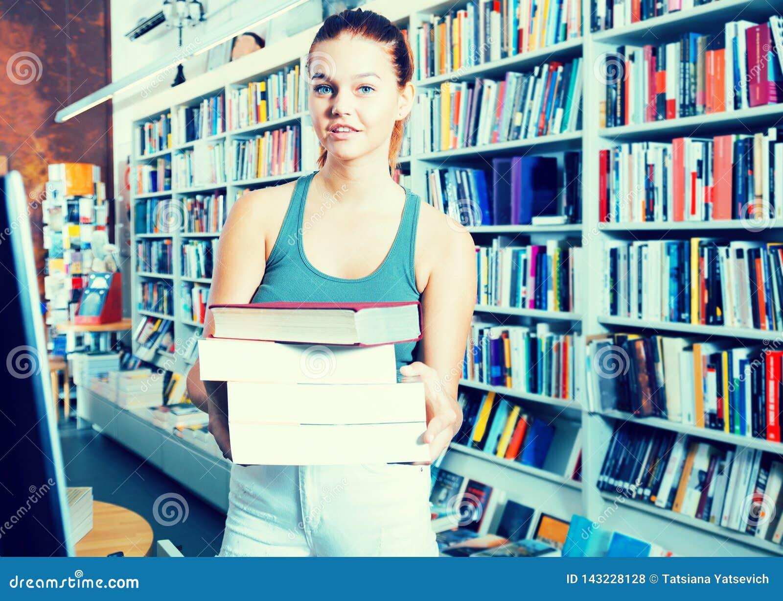 La mujer agradable ofrece un libro en una librería
