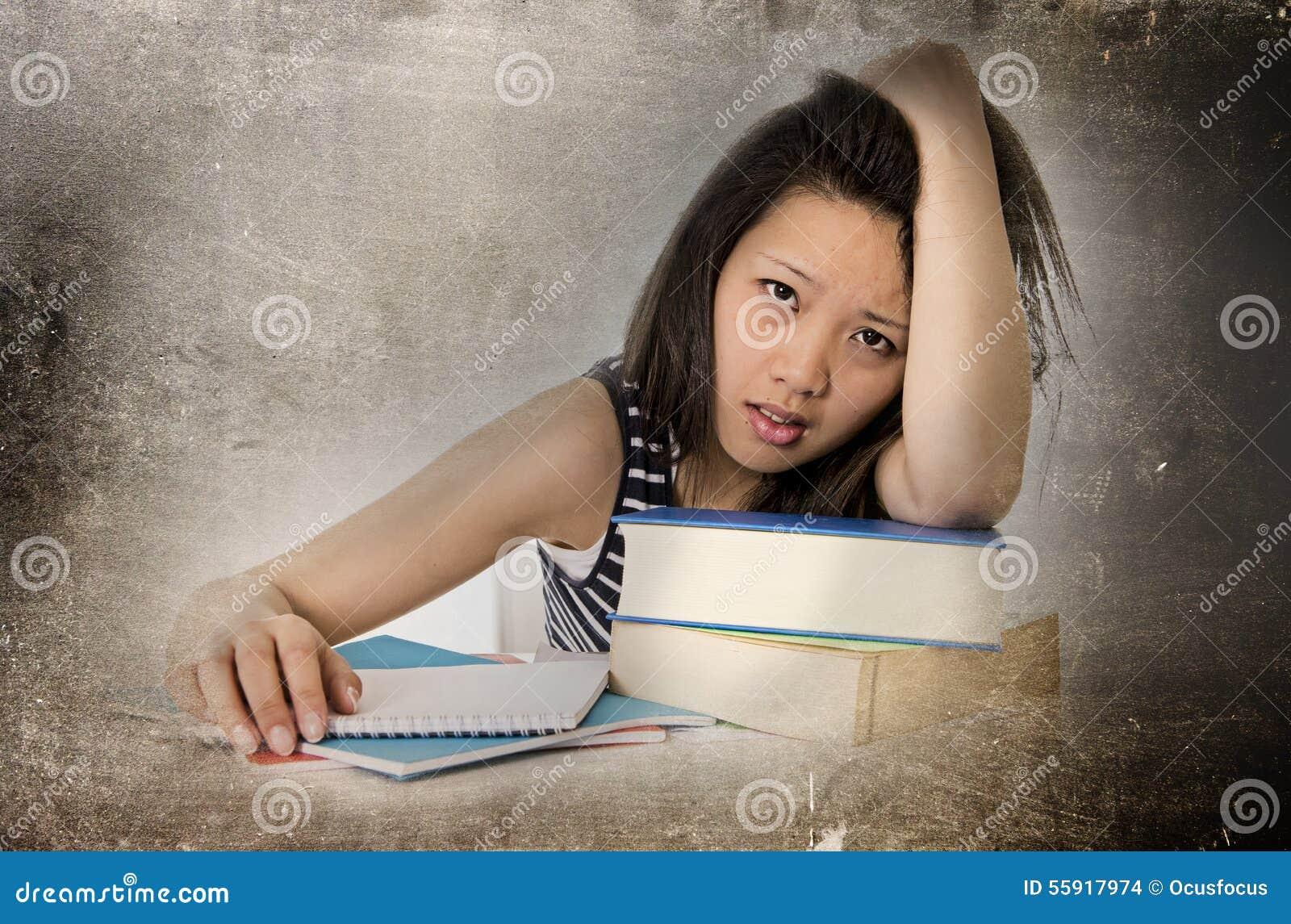 La mujer asiática bastante china del estudiante de los jóvenes agujereó inclinarse cansado y con exceso de trabajo en estudiar de