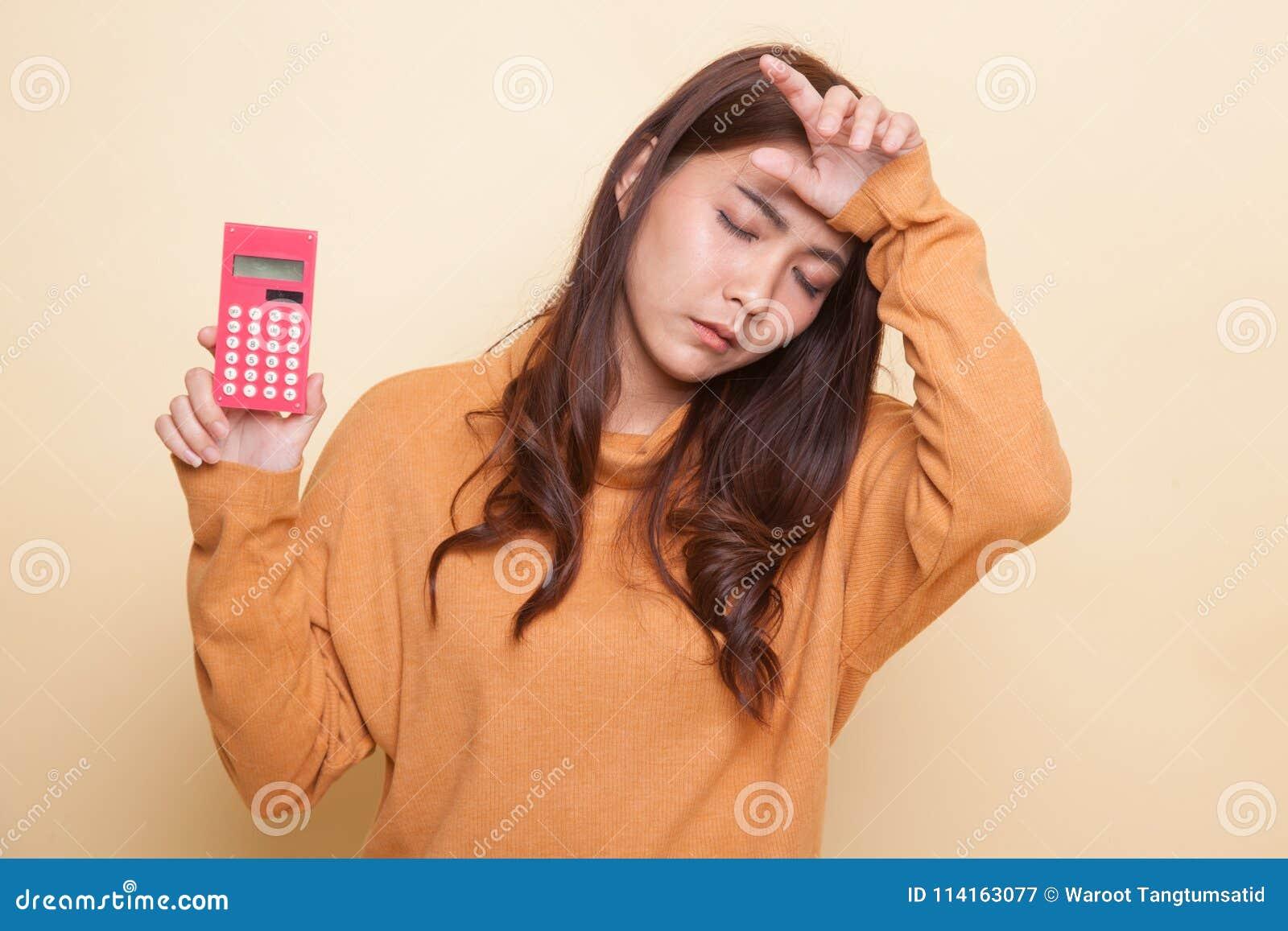 La mujer asiática consiguió dolor de cabeza con la calculadora