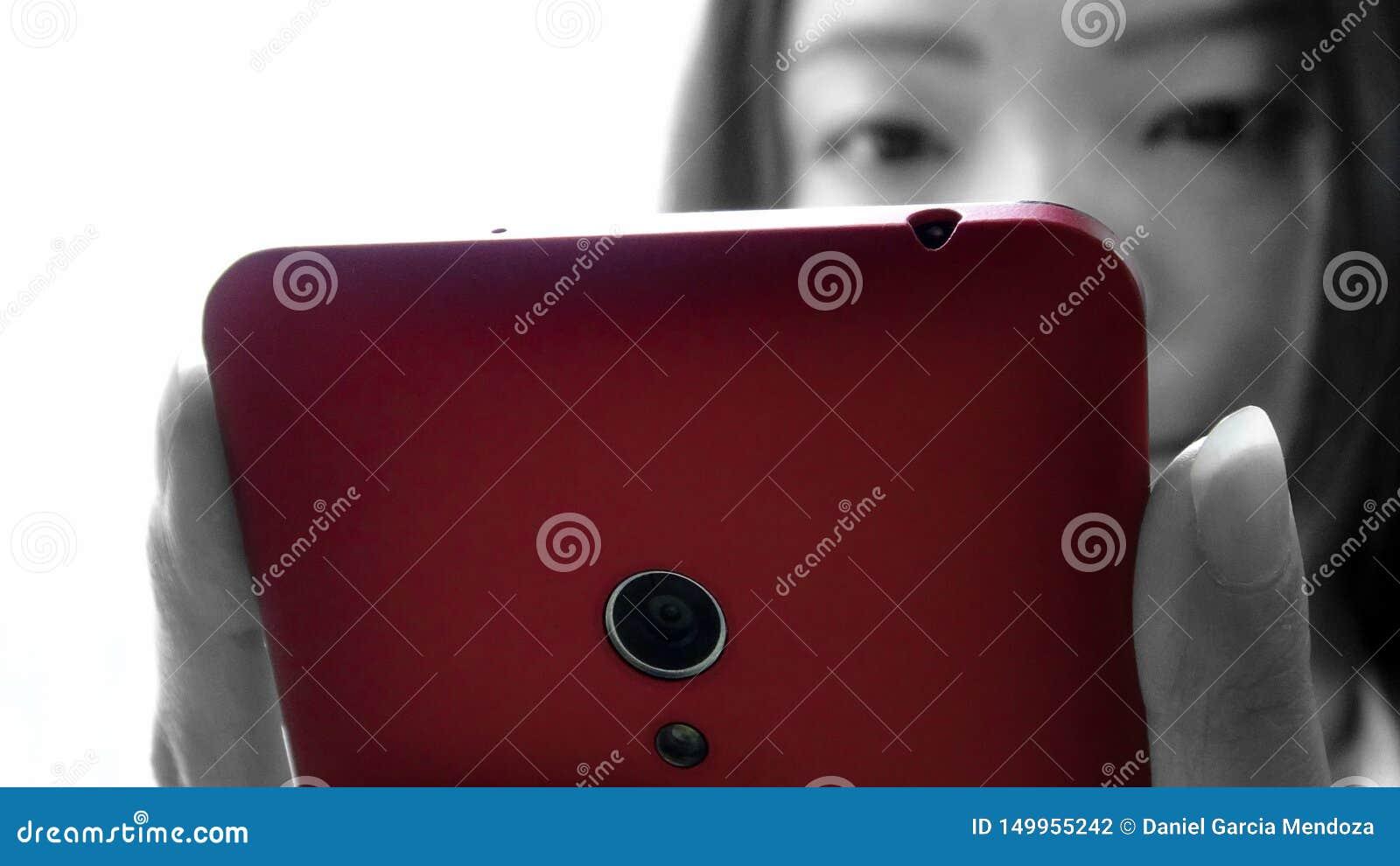 La mujer asiática del primer utilizó el dispositivo del smartphone de la tableta