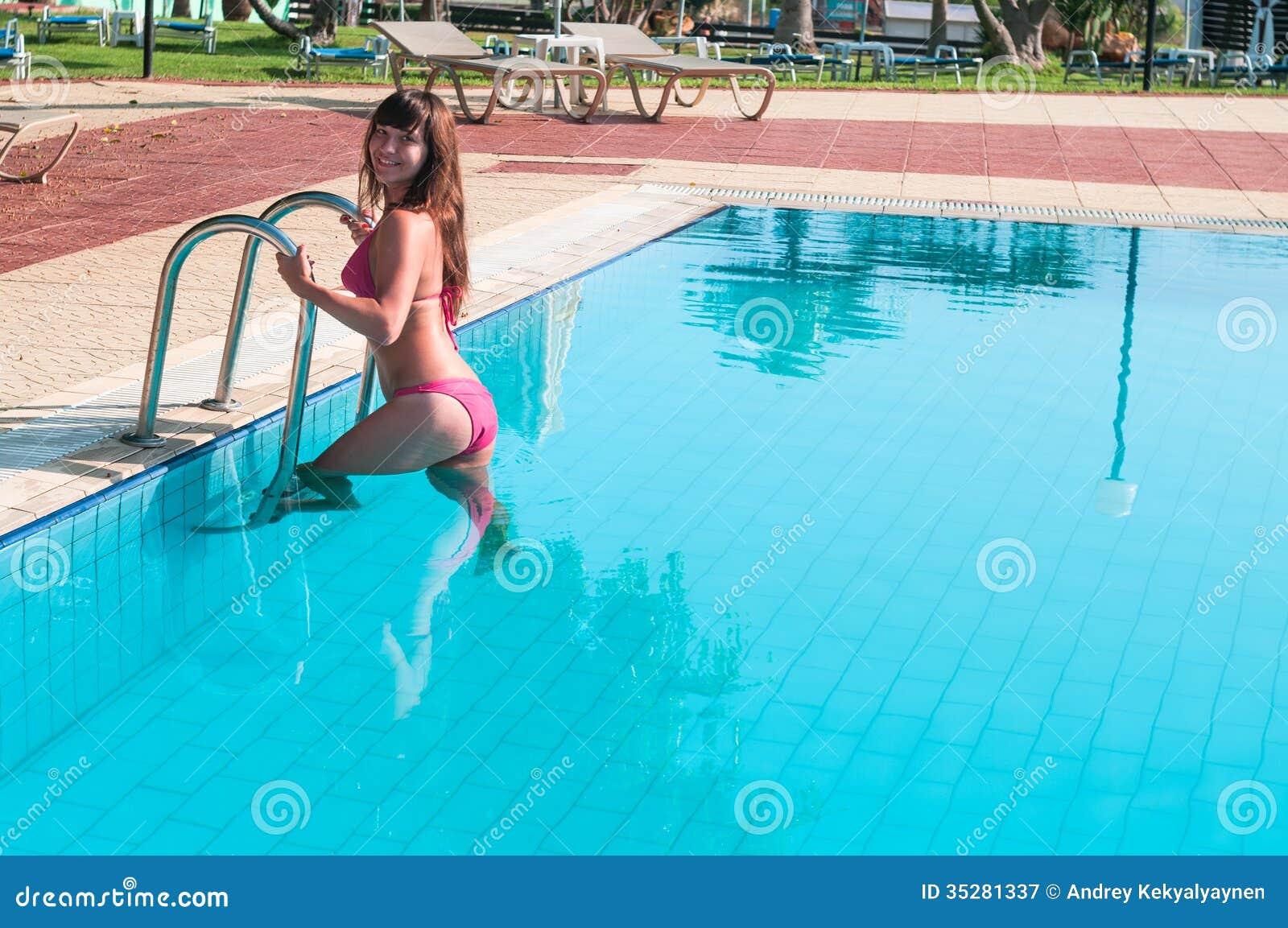 La mujer atractiva en bikini sale de piscina fotograf a de for Bikini piscina