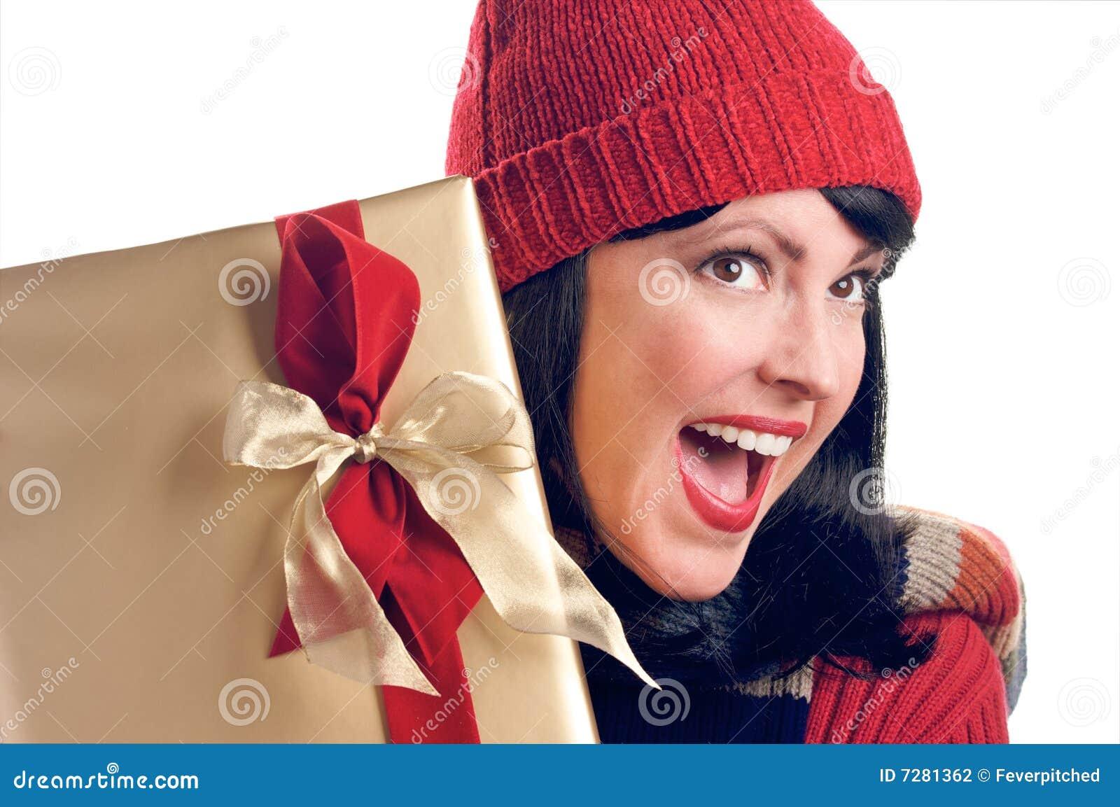 La mujer atractiva sostiene el regalo