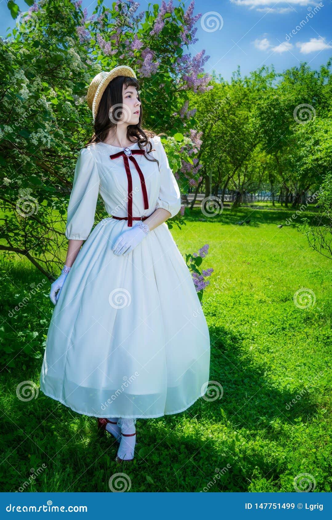 La mujer camina en el parque en primavera
