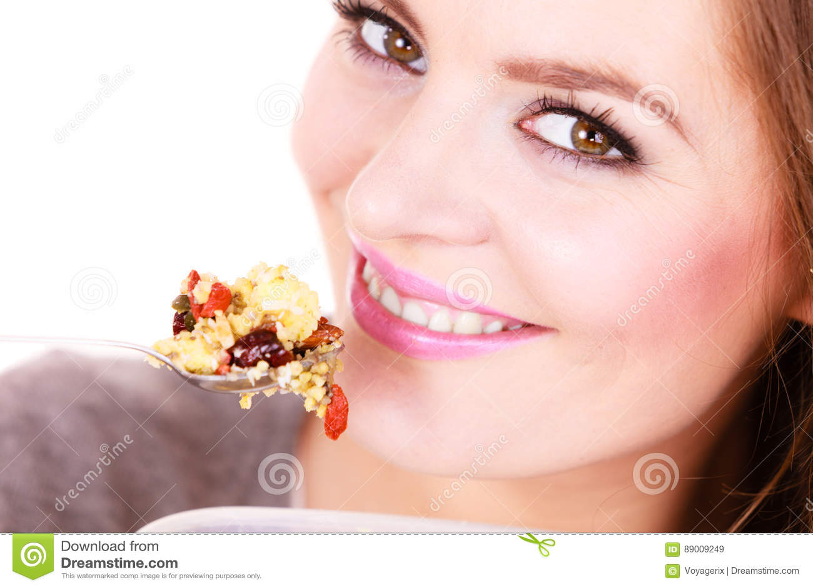 La mujer come la harina de avena con las frutas secas dieting